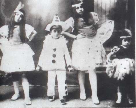 Ficheiro:Eva Perón y sus hermanos -carnaval-1921.jpg