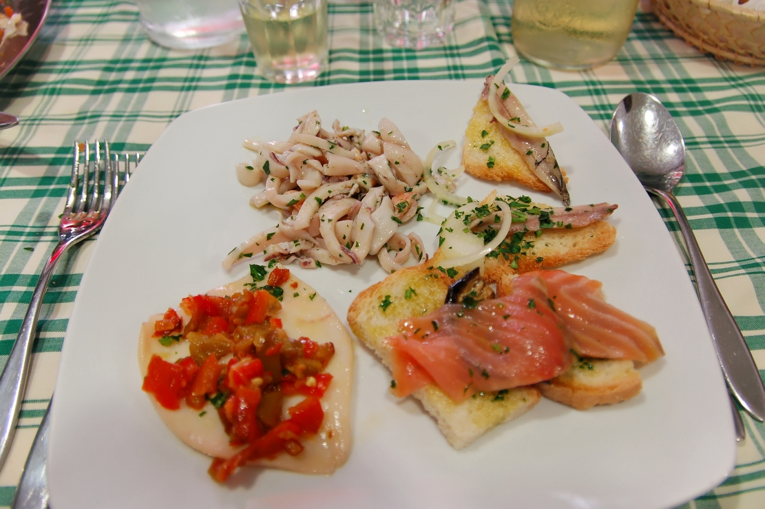 https://upload.wikimedia.org/wikipedia/commons/a/a0/Food_italy_2011-by-RaBoe-08.jpg?uselang=it