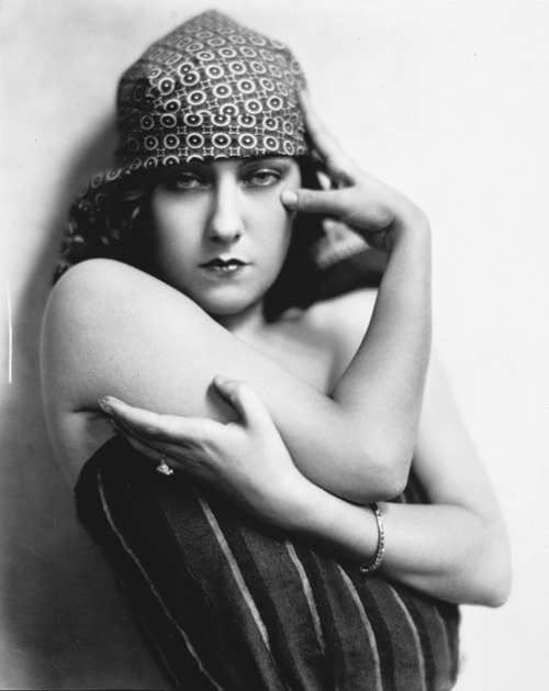 Gloria Swanson by Nickolas Muray. Image via Wikimedia.