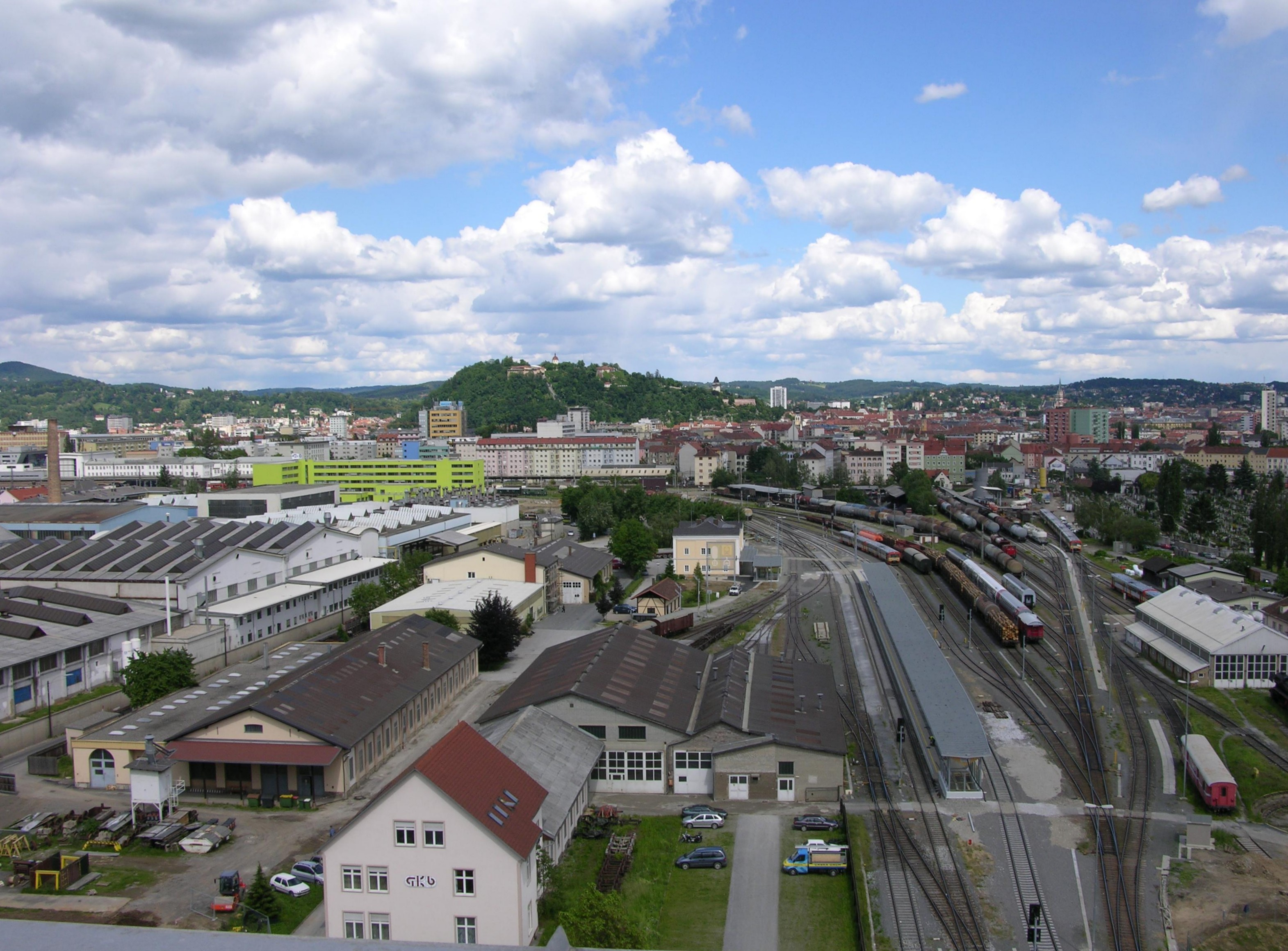 Blick Richtung Innenstadt mit dem Grazer Köflacherbahnhof im Vordergrund
