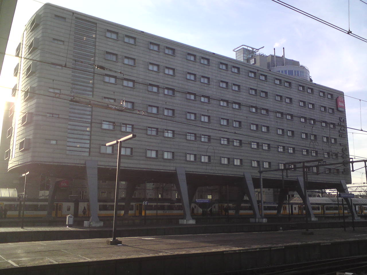 File hotel ibis from amsterdam central station platform for Ibis hotel amsterdam