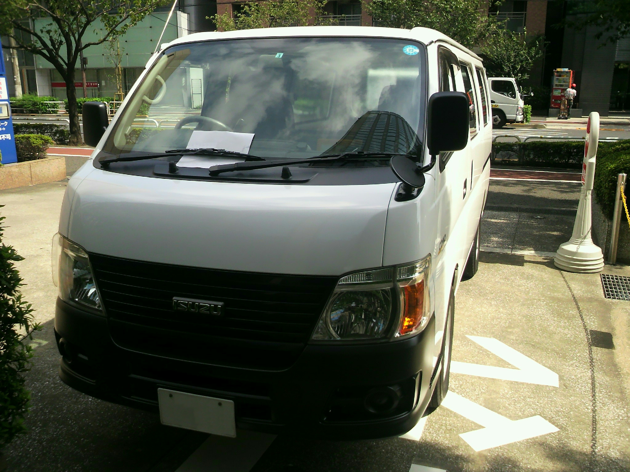 File:ISUZU COMO, White Van, Front Perspective View.jpg ...