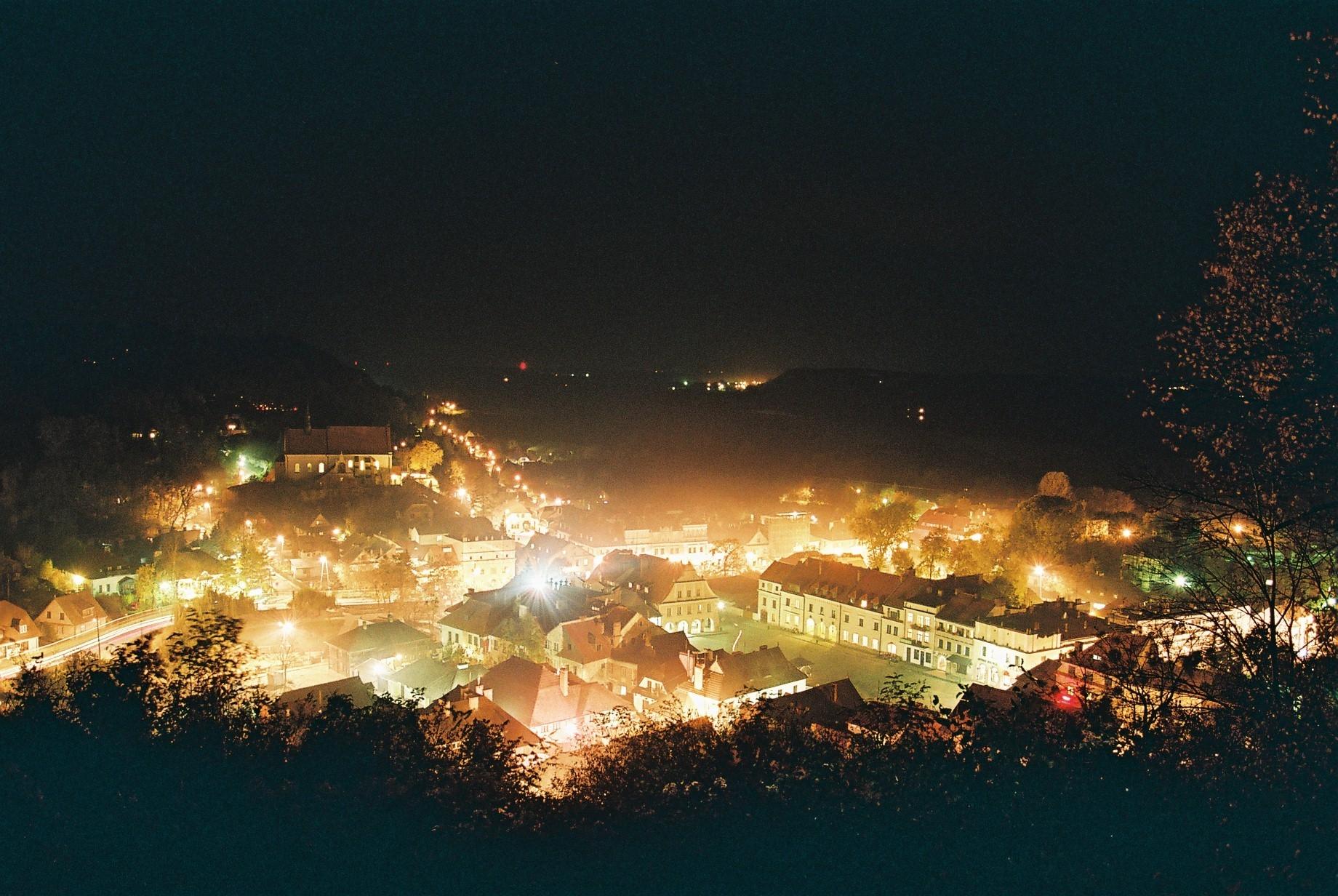 File:Kazimierz Dolny rynek noca.jpg - Wikimedia Commons