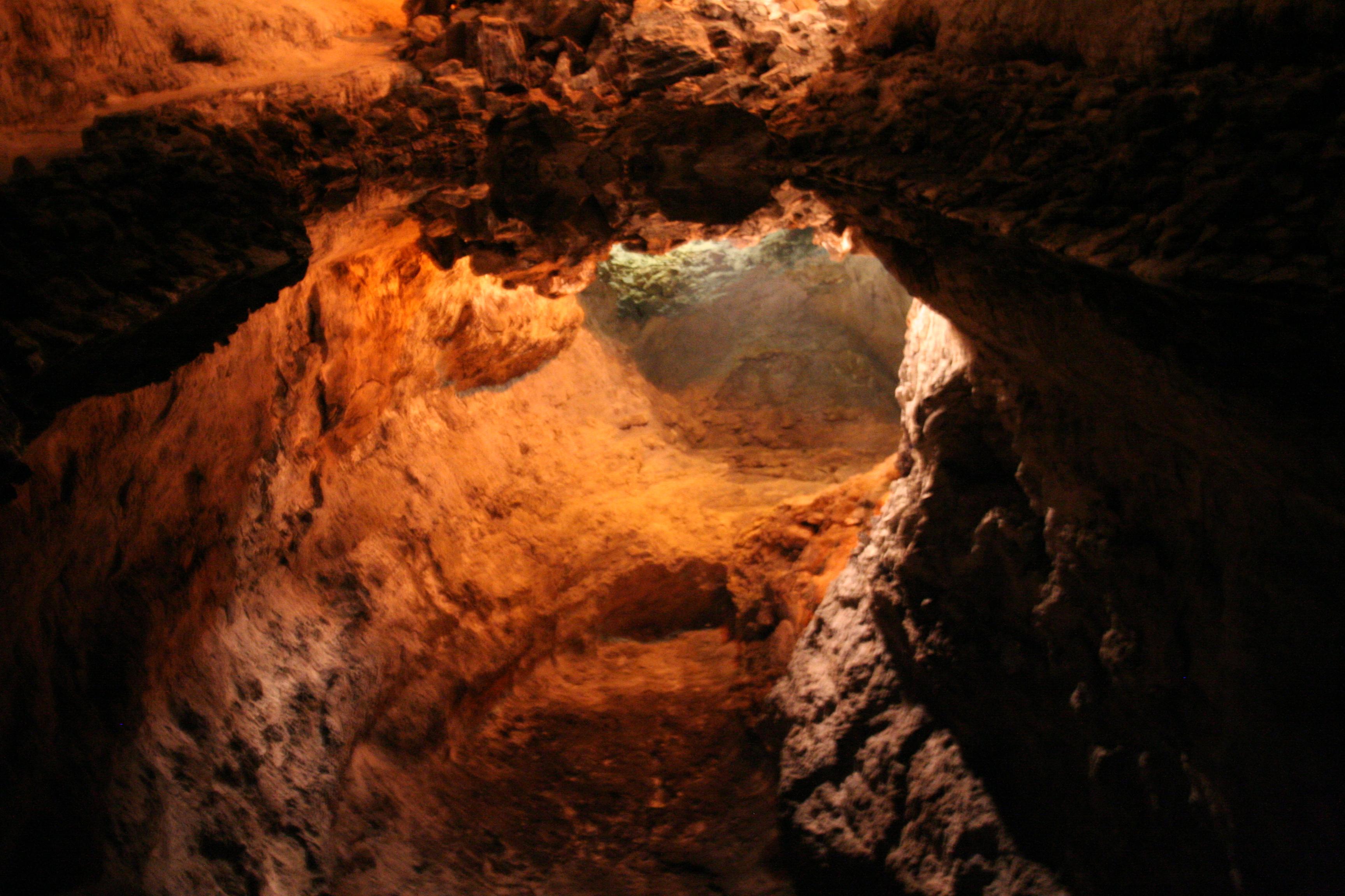 File:Lanzarote Cueva de los verdes Juli 2007.jpg - Wikimedia Commons