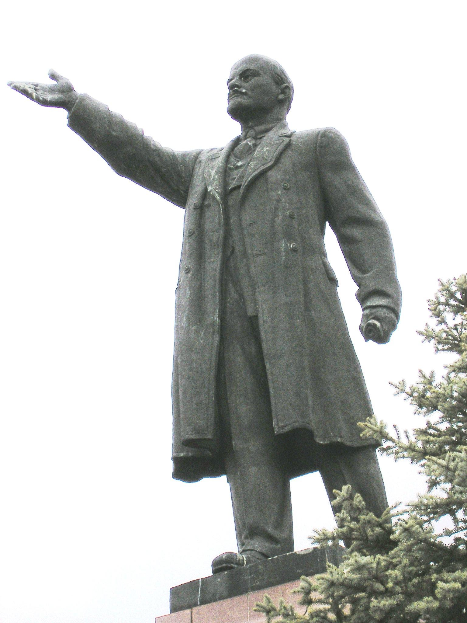 Lenin_statue_in_Kineshma,_next_to_the_Volga,_close-up_view.JPG