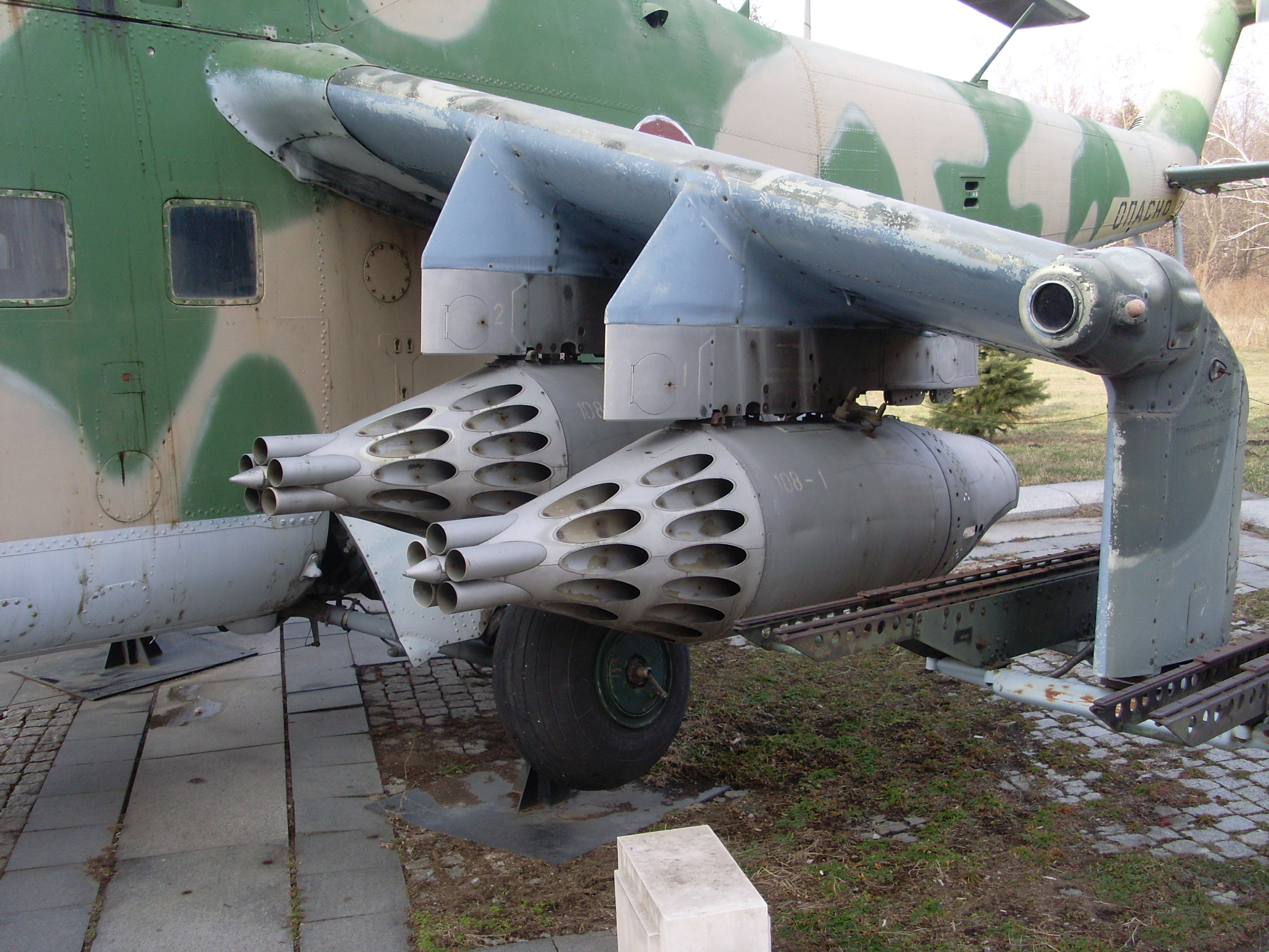 """Derivation"" 57mm AA gun development - Page 11 Mil_Mi-24%2C_armamento%2C_Museo_Nacional_de_Bulgaria%2C_marzo_de_2011"