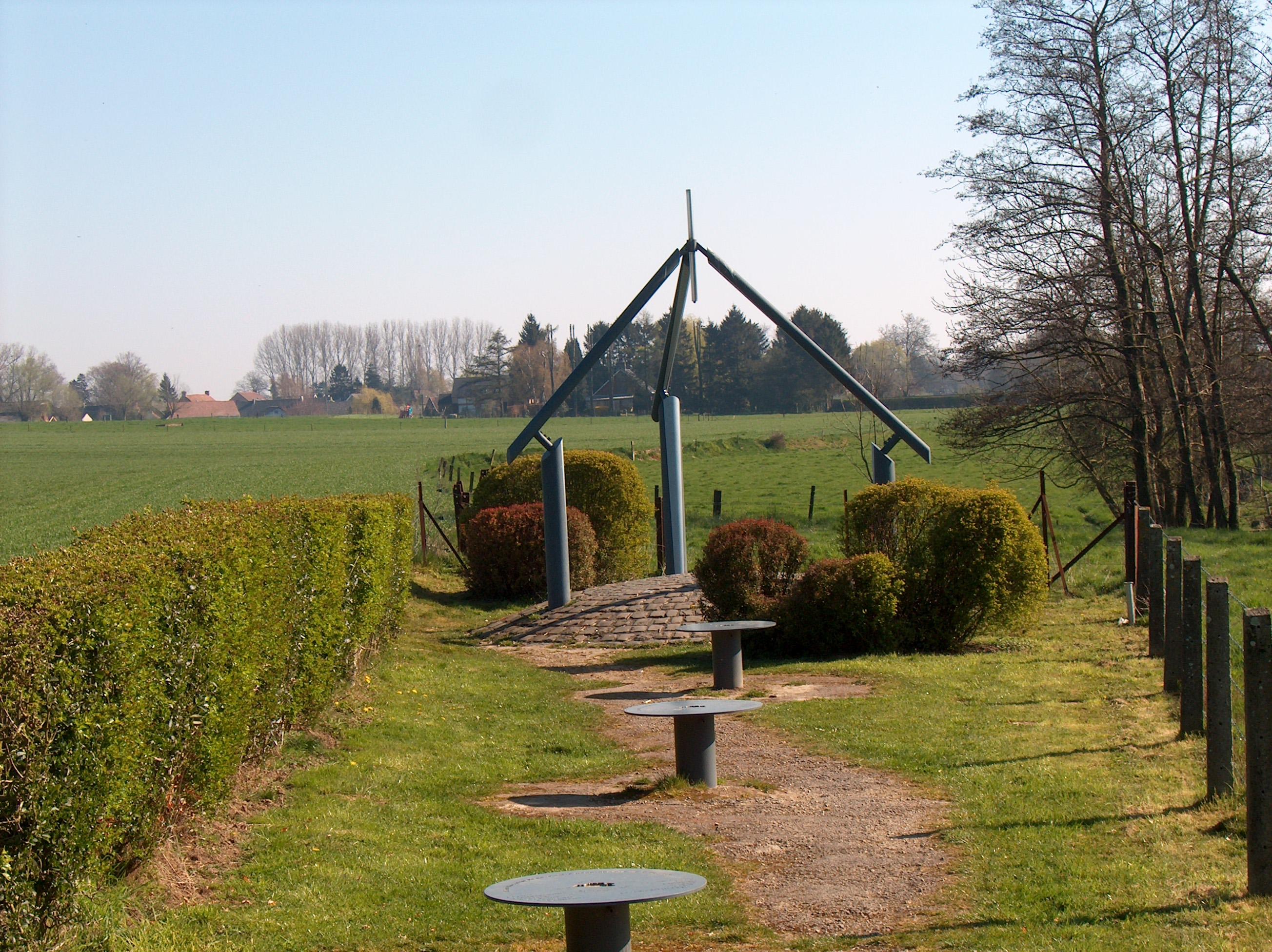 Fichier:Monument Centre Géographique Belgique 01.jpg — Wikipédia