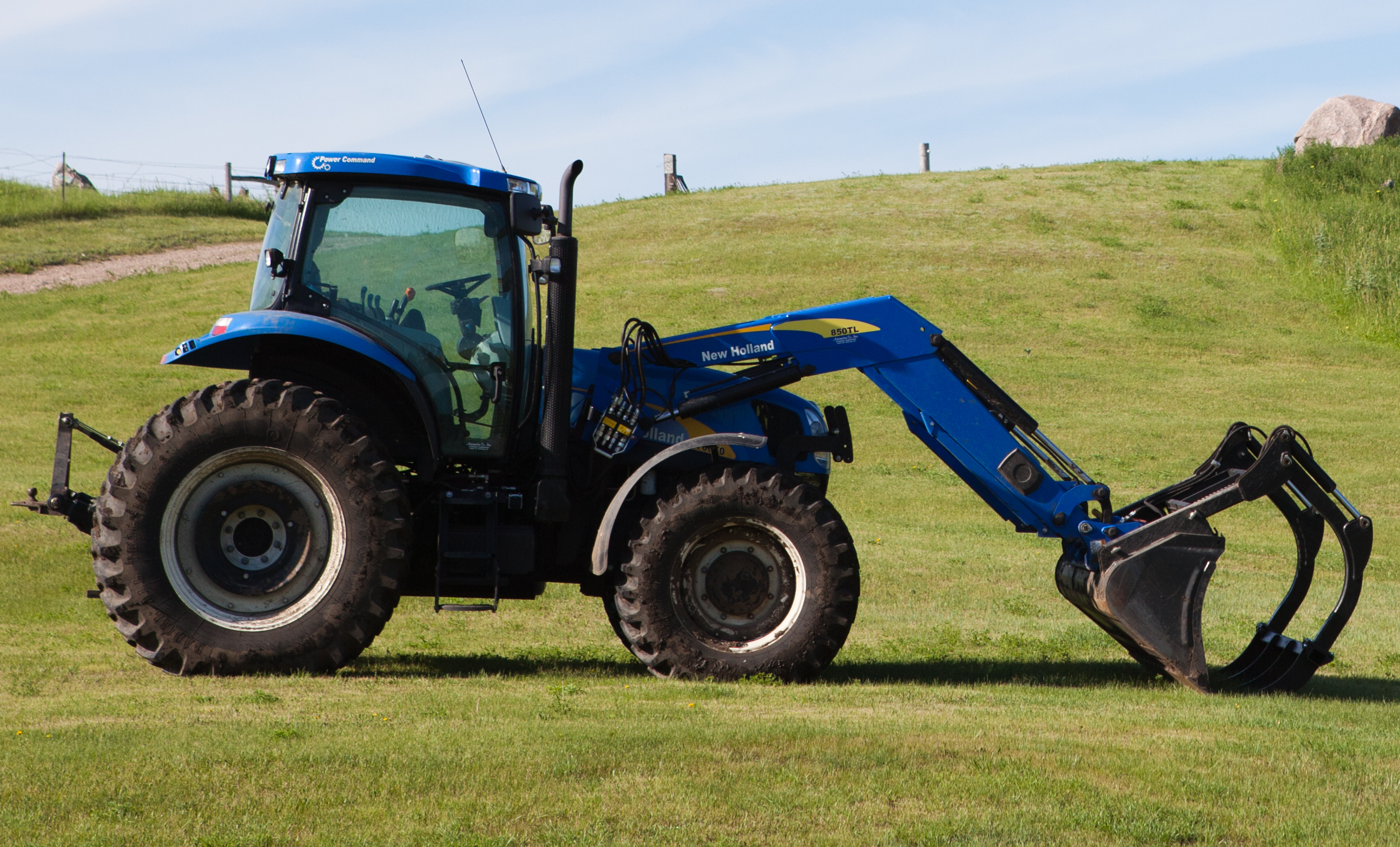 File:New Holland tractor with NH 850TL front loader.jpg