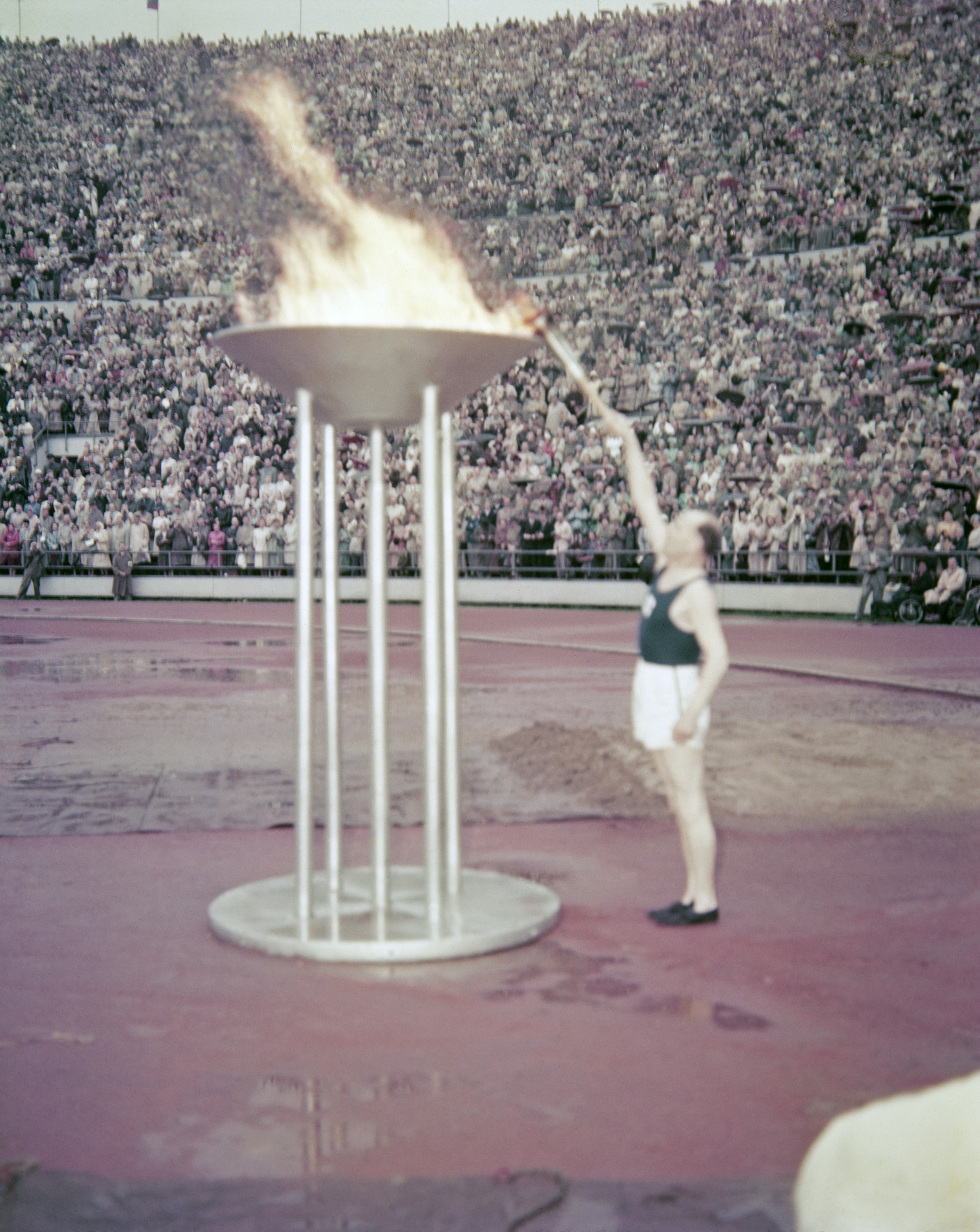 https://upload.wikimedia.org/wikipedia/commons/a/a0/Olympiatuli_1952.jpg