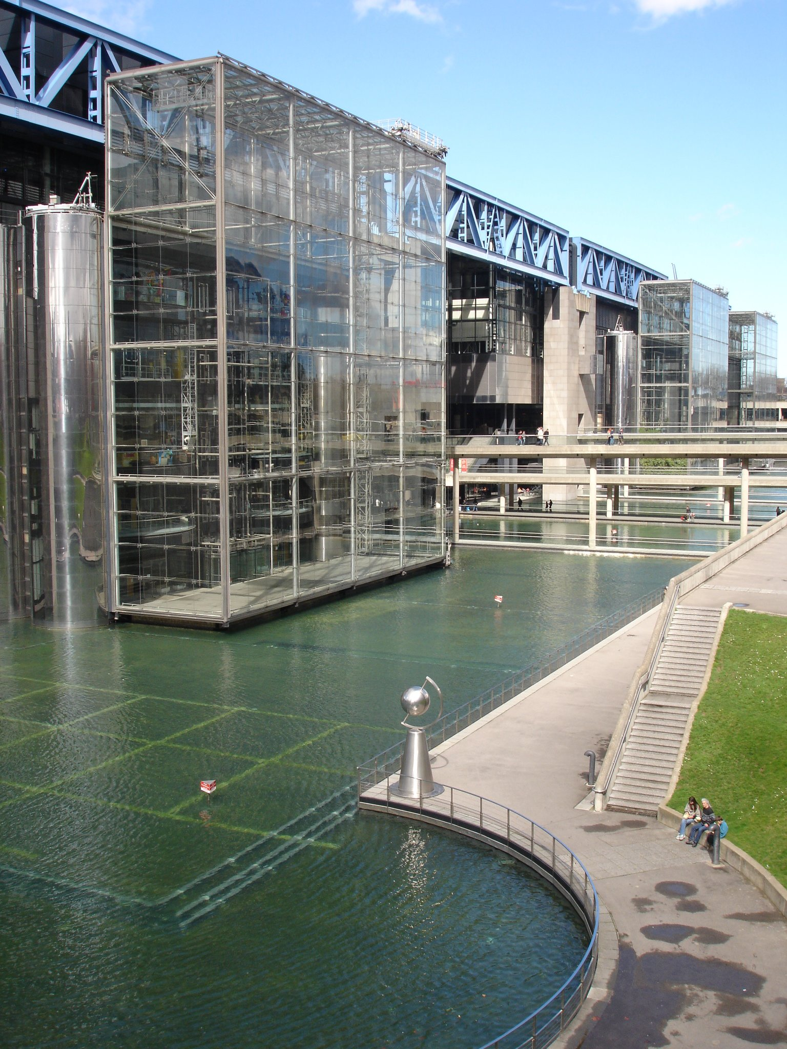 http://upload.wikimedia.org/wikipedia/commons/a/a0/Paris_-_parc_de_la_Villette_-_Cit%C3%A9_des_sciences_et_de_l%27industrie2.JPG