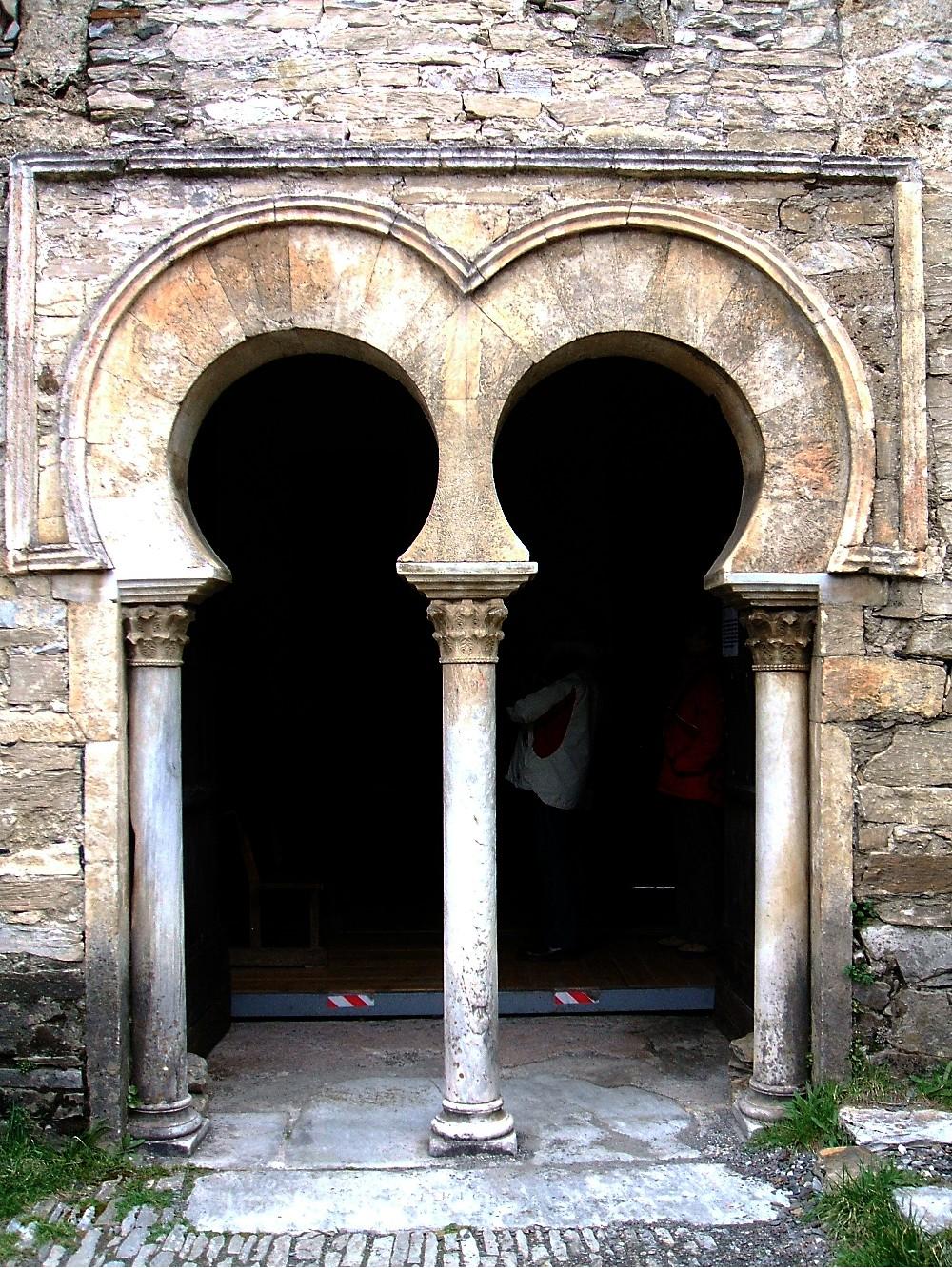 File pe alba de santiago 02 jpg wikimedia commons for Arquitectura mozarabe