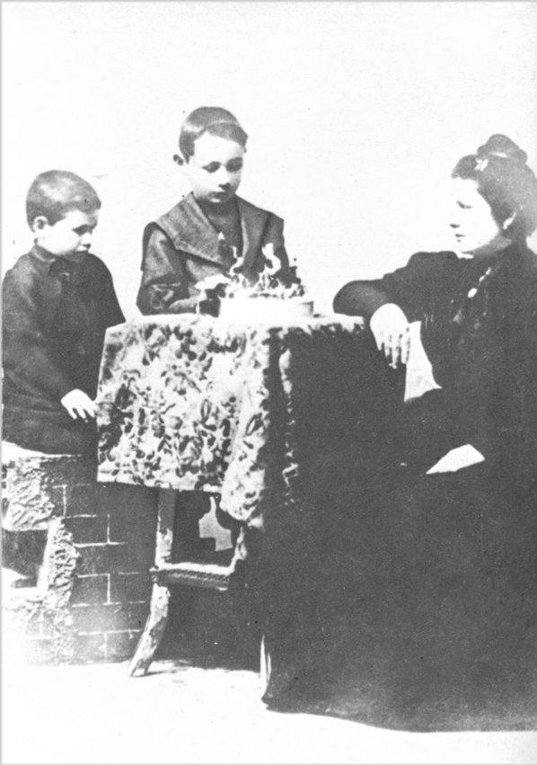 Archivo:Perón hermano y madre-1899.jpg - Wikipedia, la enciclopedia libre