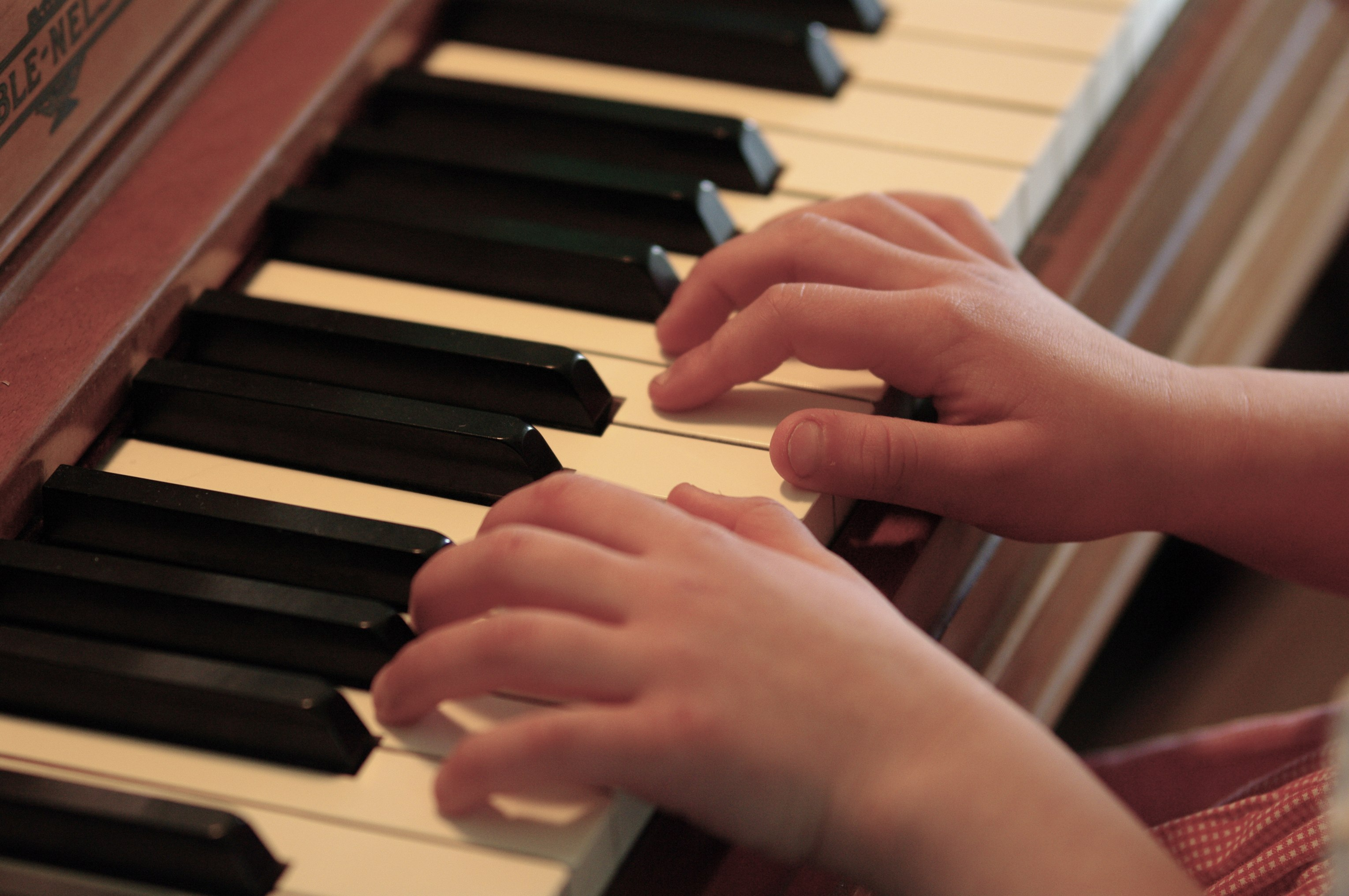 File:Piano practice hands.jpg - Wikimedia Commons