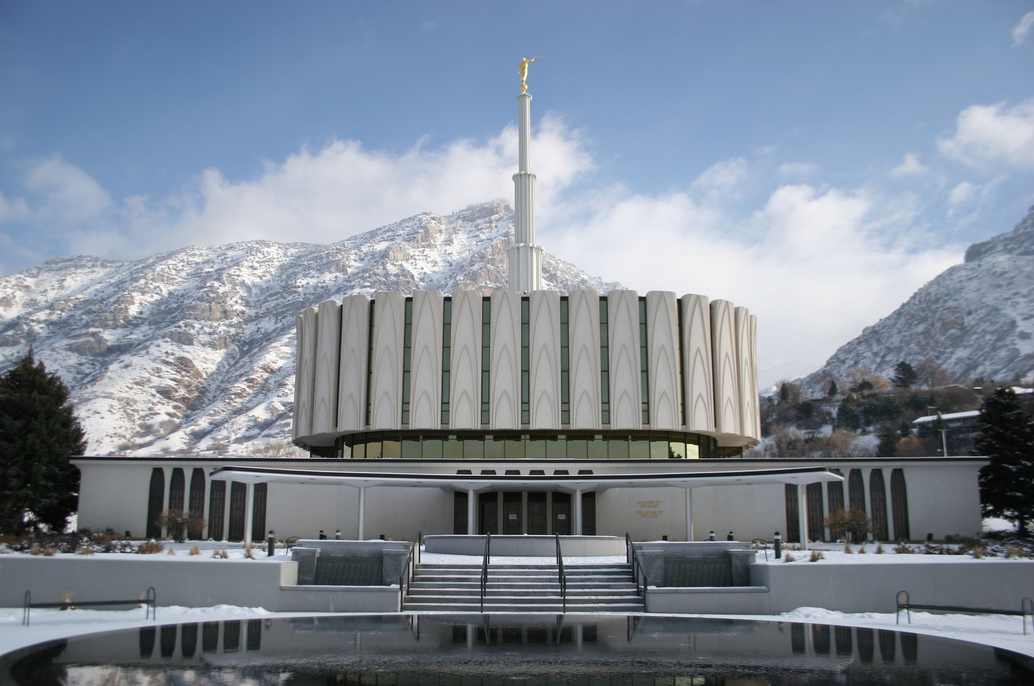 https://upload.wikimedia.org/wikipedia/commons/a/a0/Provo_Utah_Temple_4.jpg