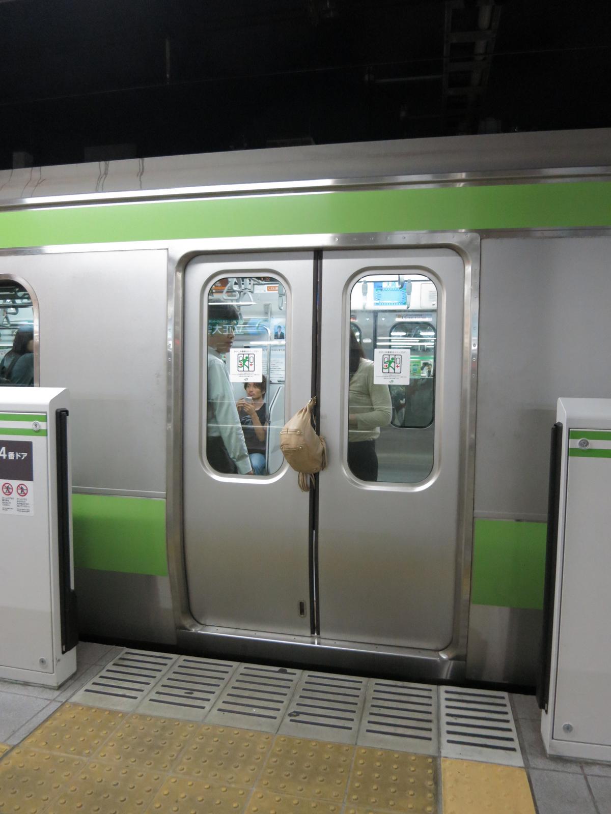 FileThe bag got stuck in the train door.jpg & File:The bag got stuck in the train door.jpg - Wikimedia Commons