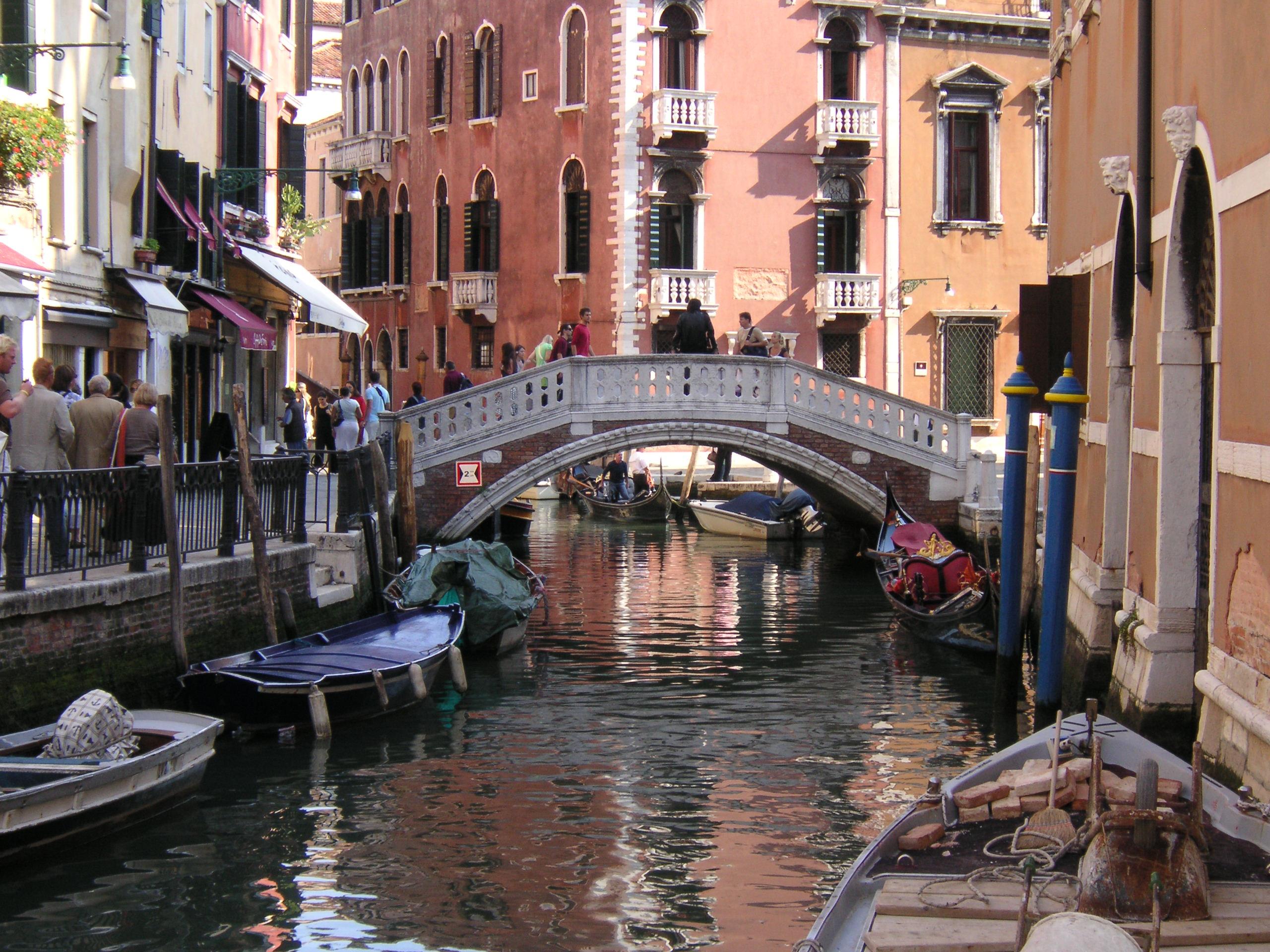 File:Venedig Kanal 01.jpg - Wikimedia Commons: https://commons.wikimedia.org/wiki/File:Venedig_Kanal_01.jpg