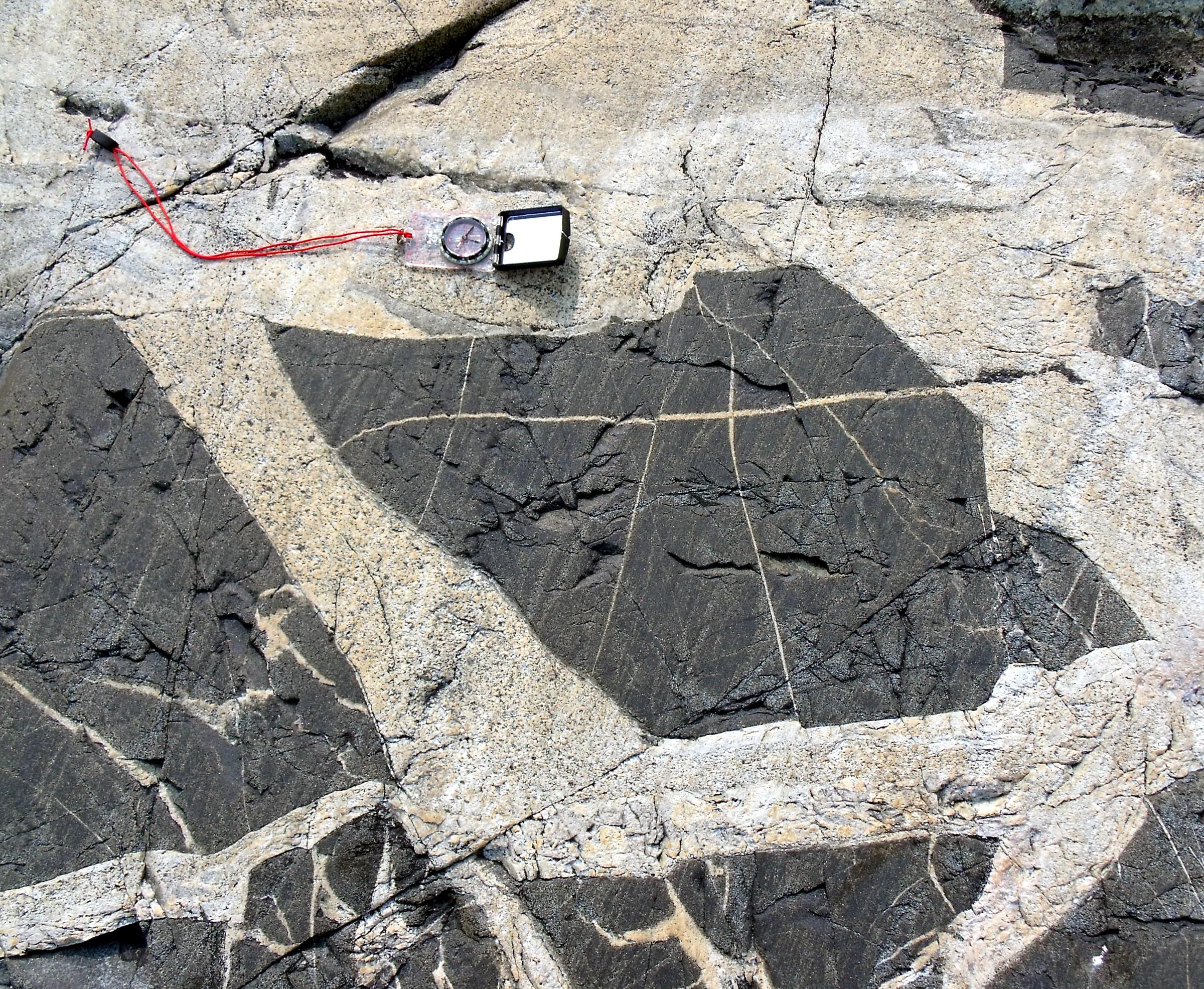 Black And White Granite : File white granite intruding black basalt g wikimedia