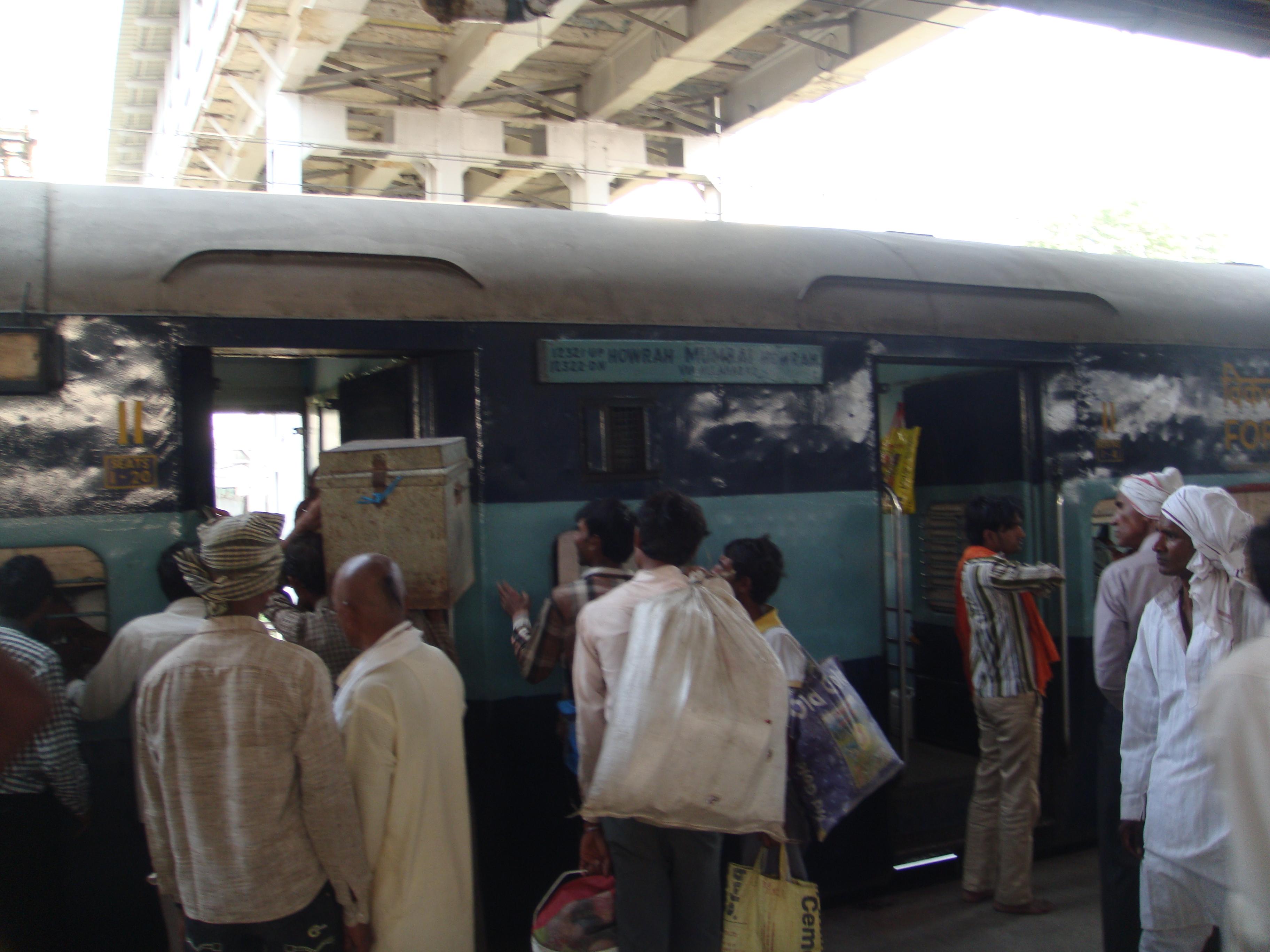 File:12322 Kolkata Mail at Allahabad.JPG