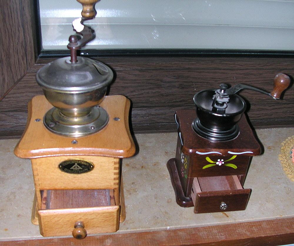 File:2 handbetriebene Kaffeemühlen v.jpg - Wikimedia Commons | {Kaffeemühlen 6}