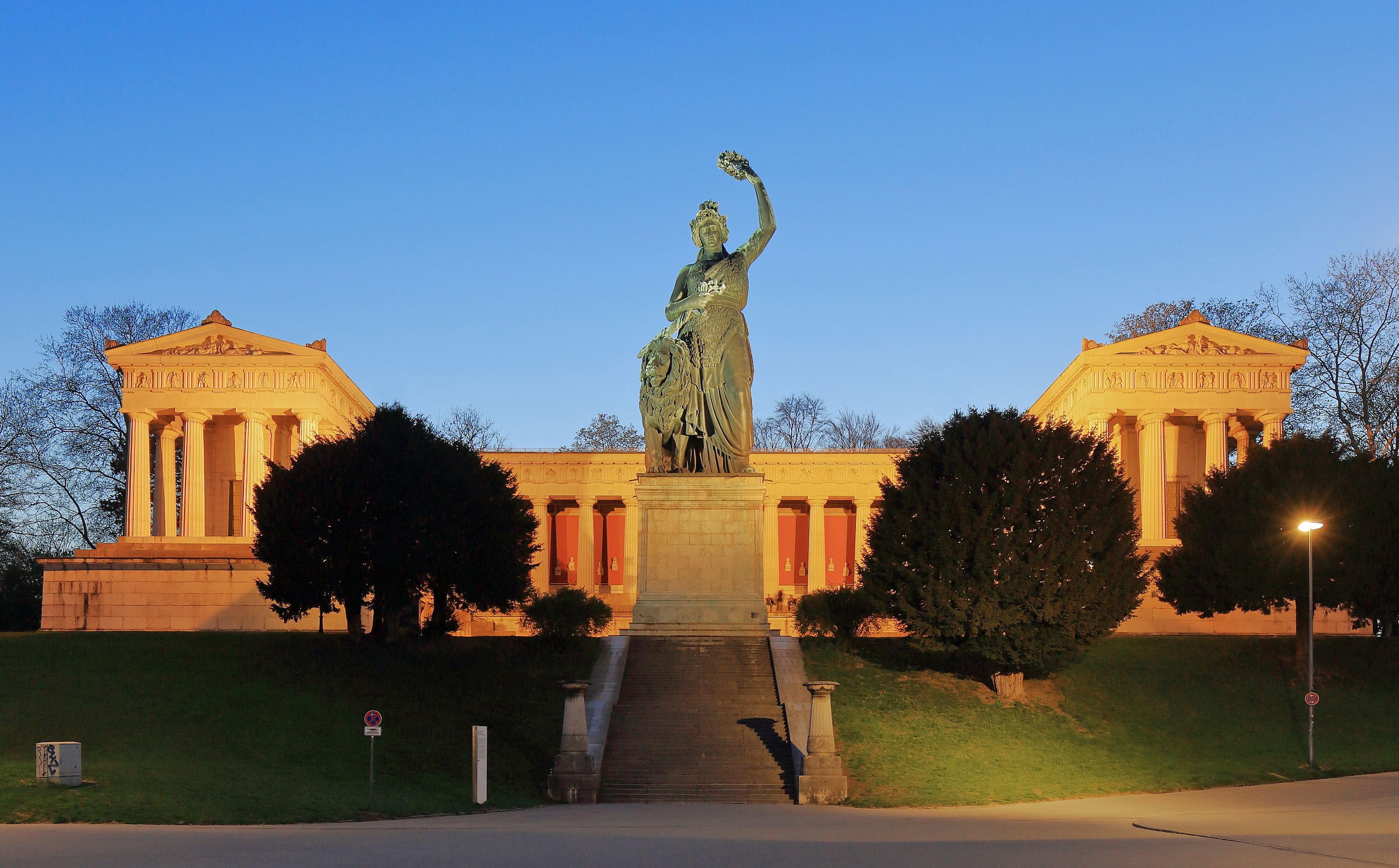 Bavaria Statue and Ruhmeshalle Munich, April 2019 -01.jpg