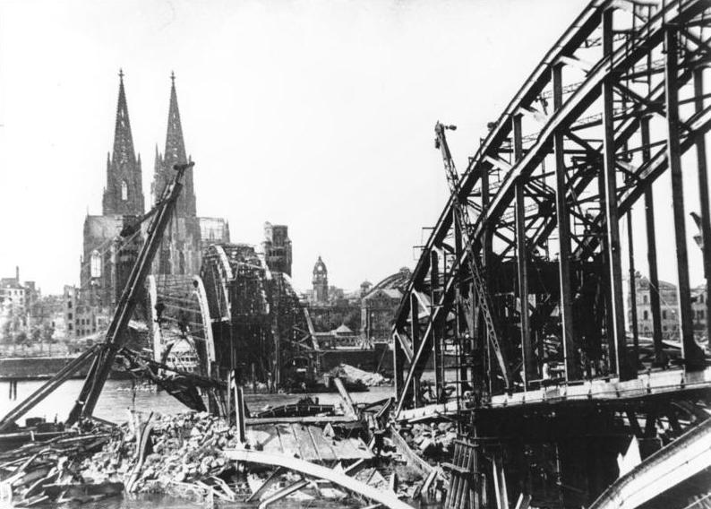 Bundesarchiv B 145 Bild-P008041, Köln, Hohenzollernbrücke nach Bombenangriff.jpg