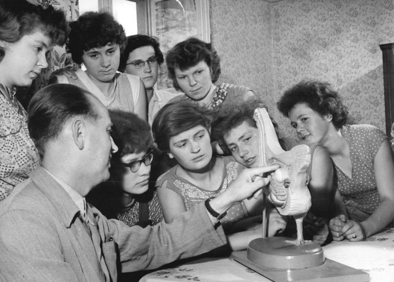 Bundesarchiv Bild 183-72095-0003, Lehrlinge der Landwirtschaft mit Hühnermodell