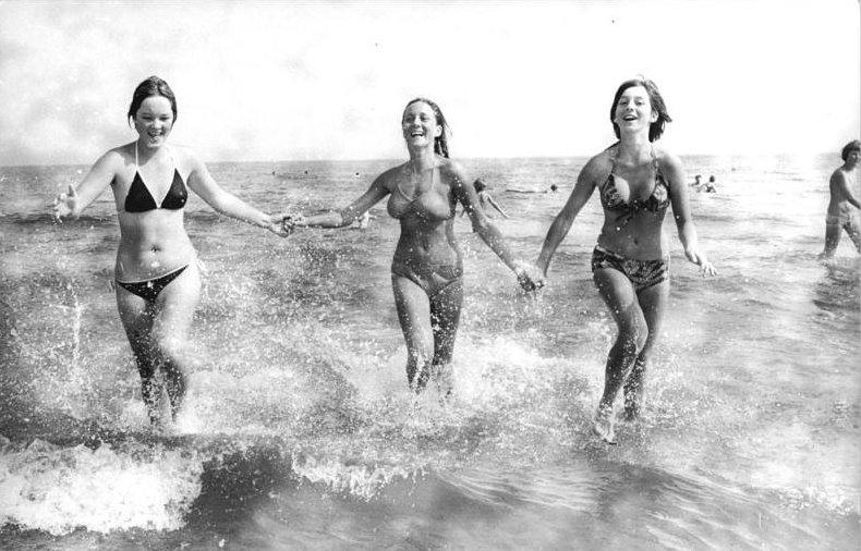 File:Bundesarchiv Bild 183-U0825-010, Ahlbeck, Frauen beim Ostsee-Bad.jpg