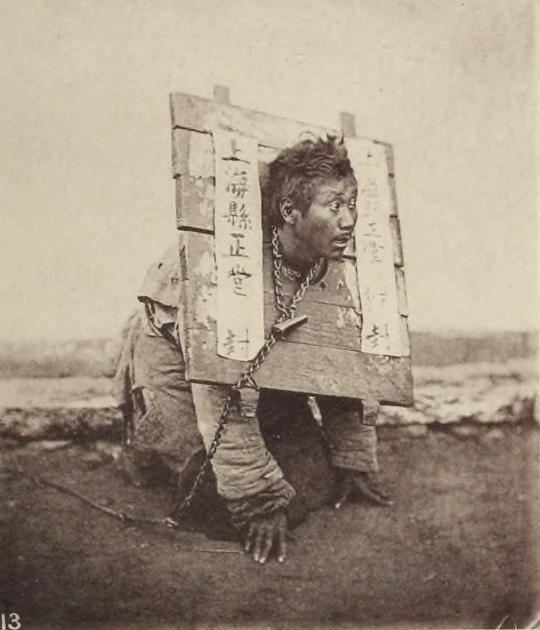 Trestanec uvězněný v kangu to měl pěkně spočítané - nemohl ani jíst, ani pít. Zdroj: Wikipedia