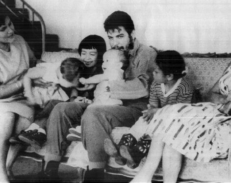En la foto: Aleida March, Camilo (h), Hilda (h), Che con Celia (h) en brazos y Aleida (h), 1963.