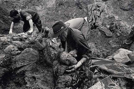 File:Exhumations in Srebrenica 1996.jpg