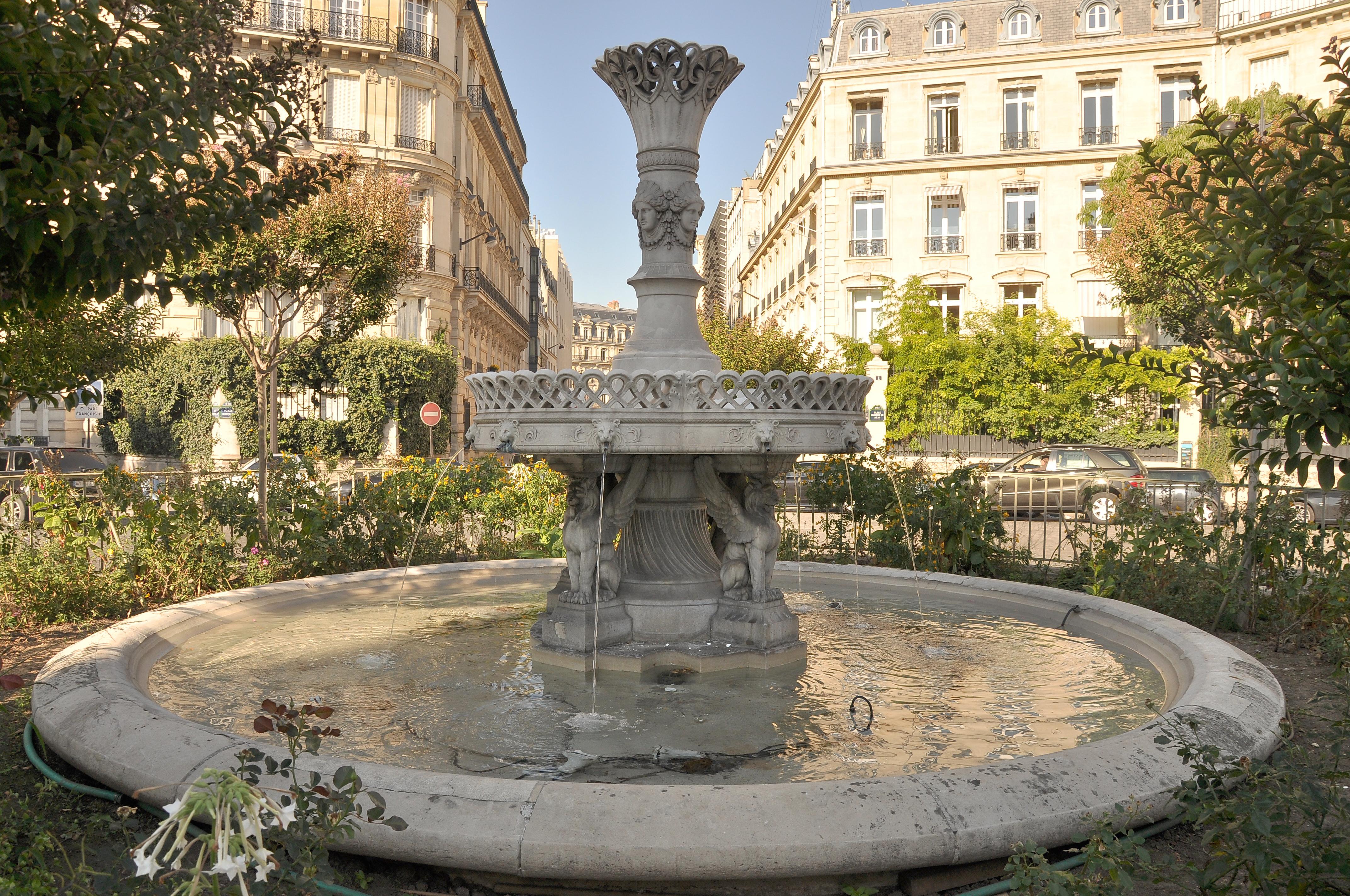Decorer Une Fontaine De Jardinavec Des Fleurs Alsace