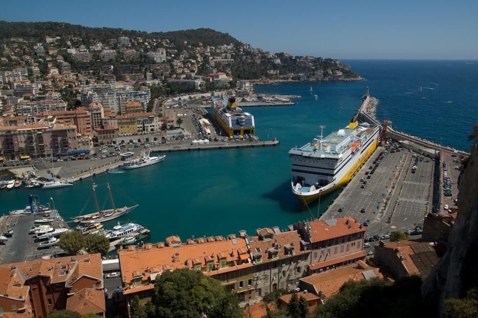 Une partie du port de Nice (France), avec deux ferries à quai reliant Nice à la Corse.