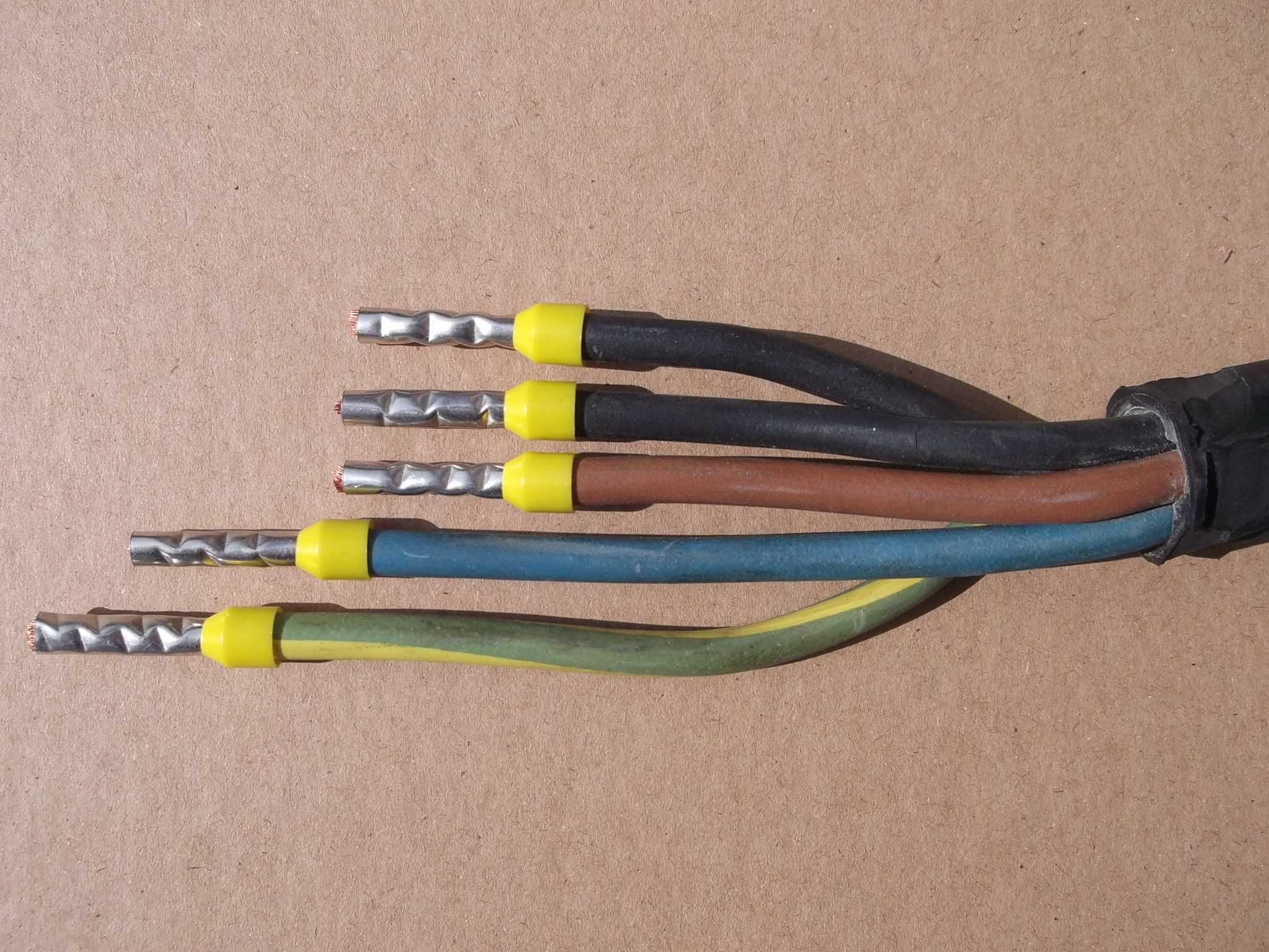 Gummischlauchleitung H07RN-F 5G6 abgesetzt und vorbereitet mit Aderendhülsen für den Anschluss einer CEE Steckverbindung