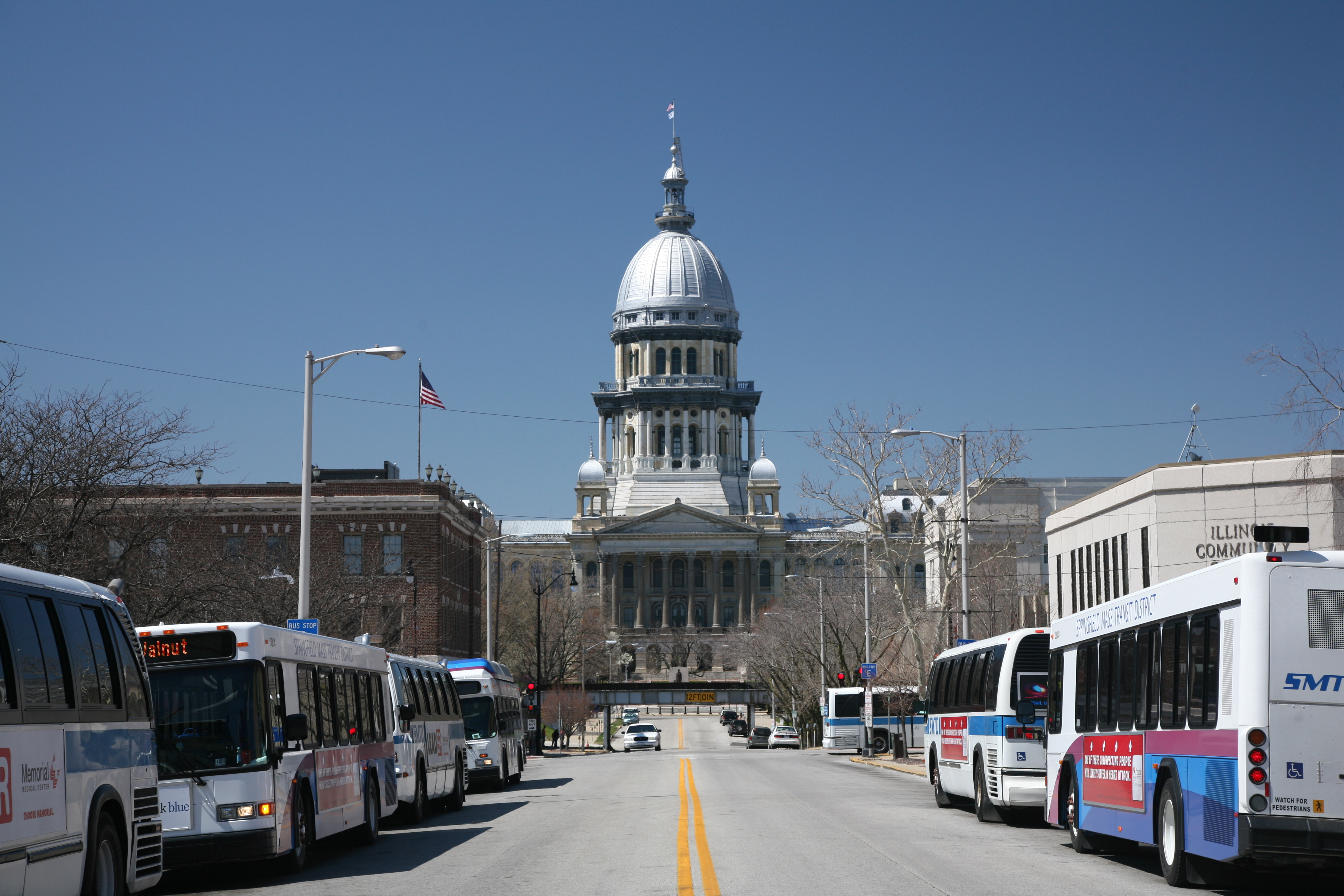 Illinois State Capitol and busses.jpg