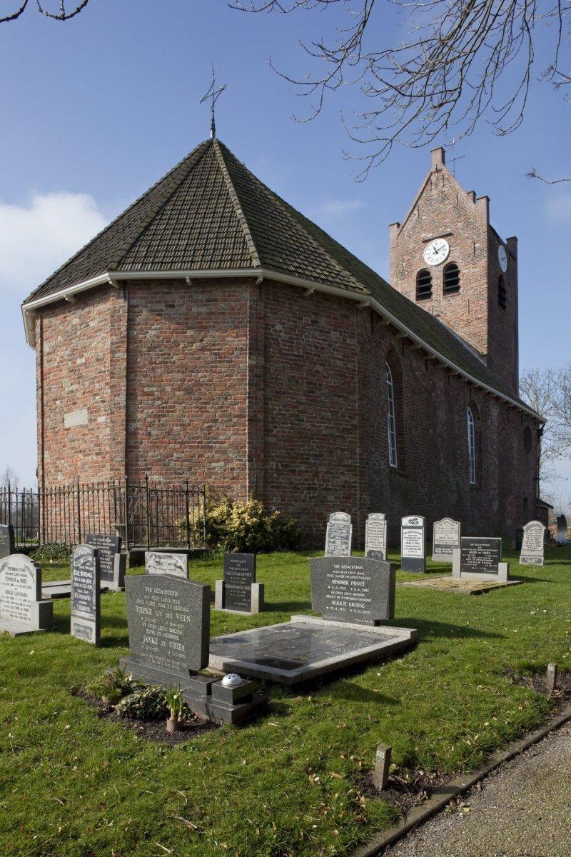 https://upload.wikimedia.org/wikipedia/commons/a/a1/Interieur%2C_overzicht_van_de_noordoost_gevel_over_het_kerkhof_-_Oenkerk_-_20425583_-_RCE.jpg