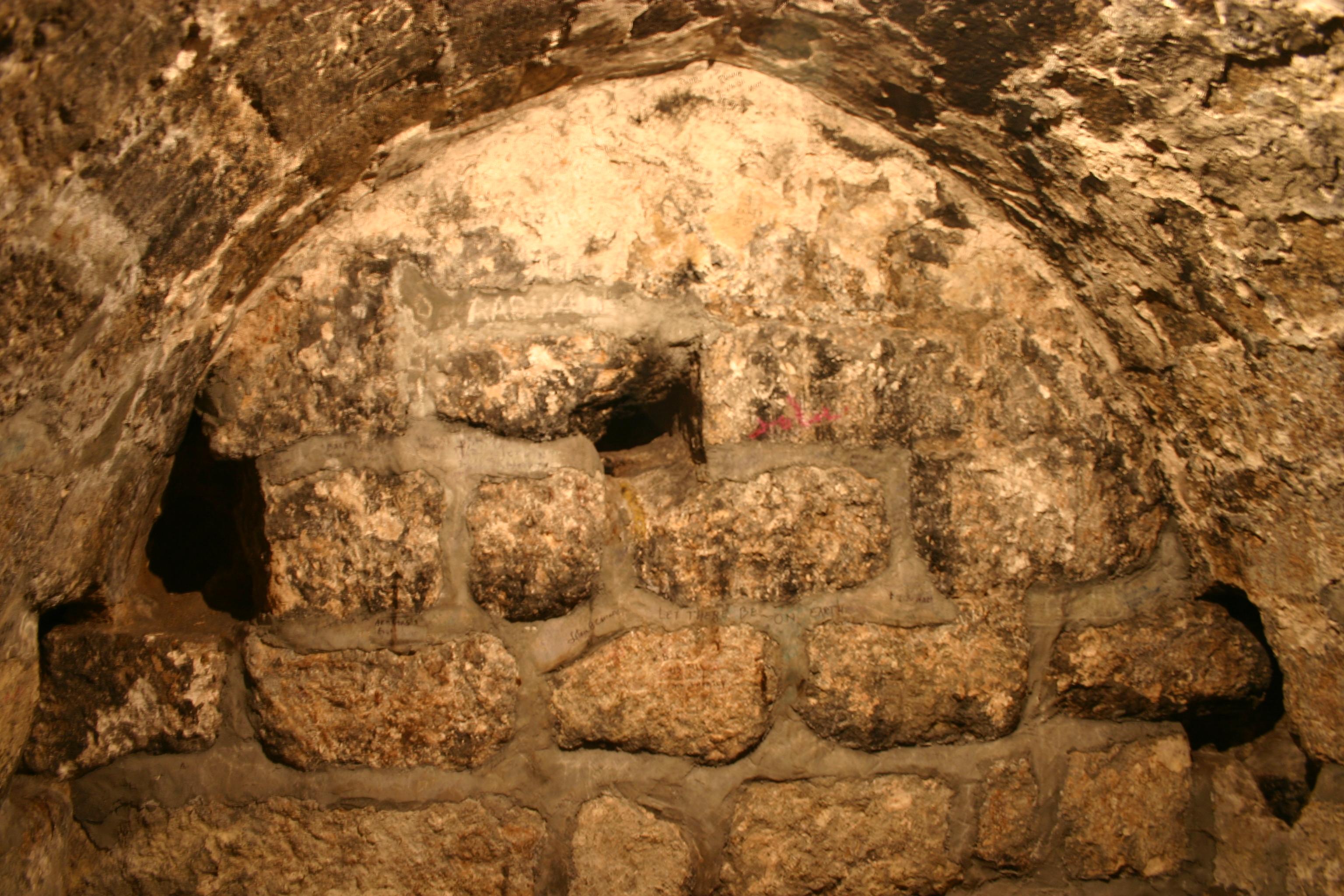 File:Lazarus Tomb Bethany 2006 StLee jpeg - Wikimedia Commons
