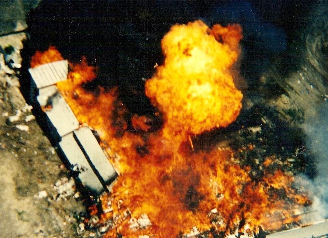 El Centro del Monte Carmelo (sede de los Davidianos de David Koresh), envuelto en llamas.