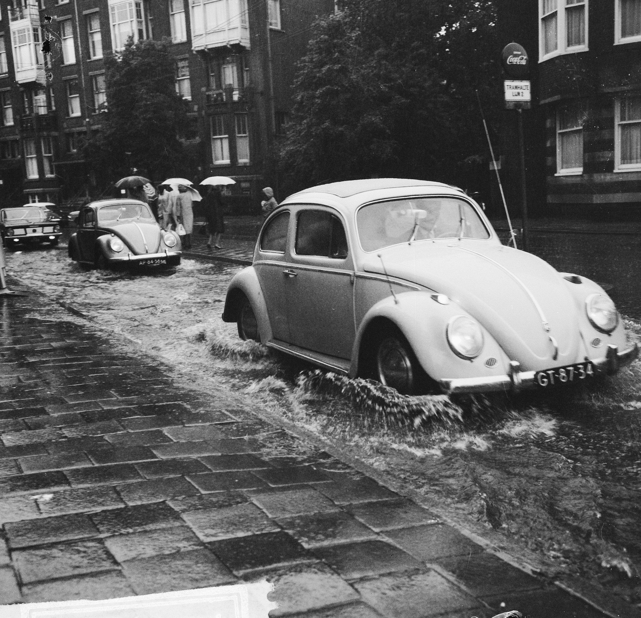 File:Noodweer in Amsterdam, straten onder water, autos door water,  Bestanddeelnr 918