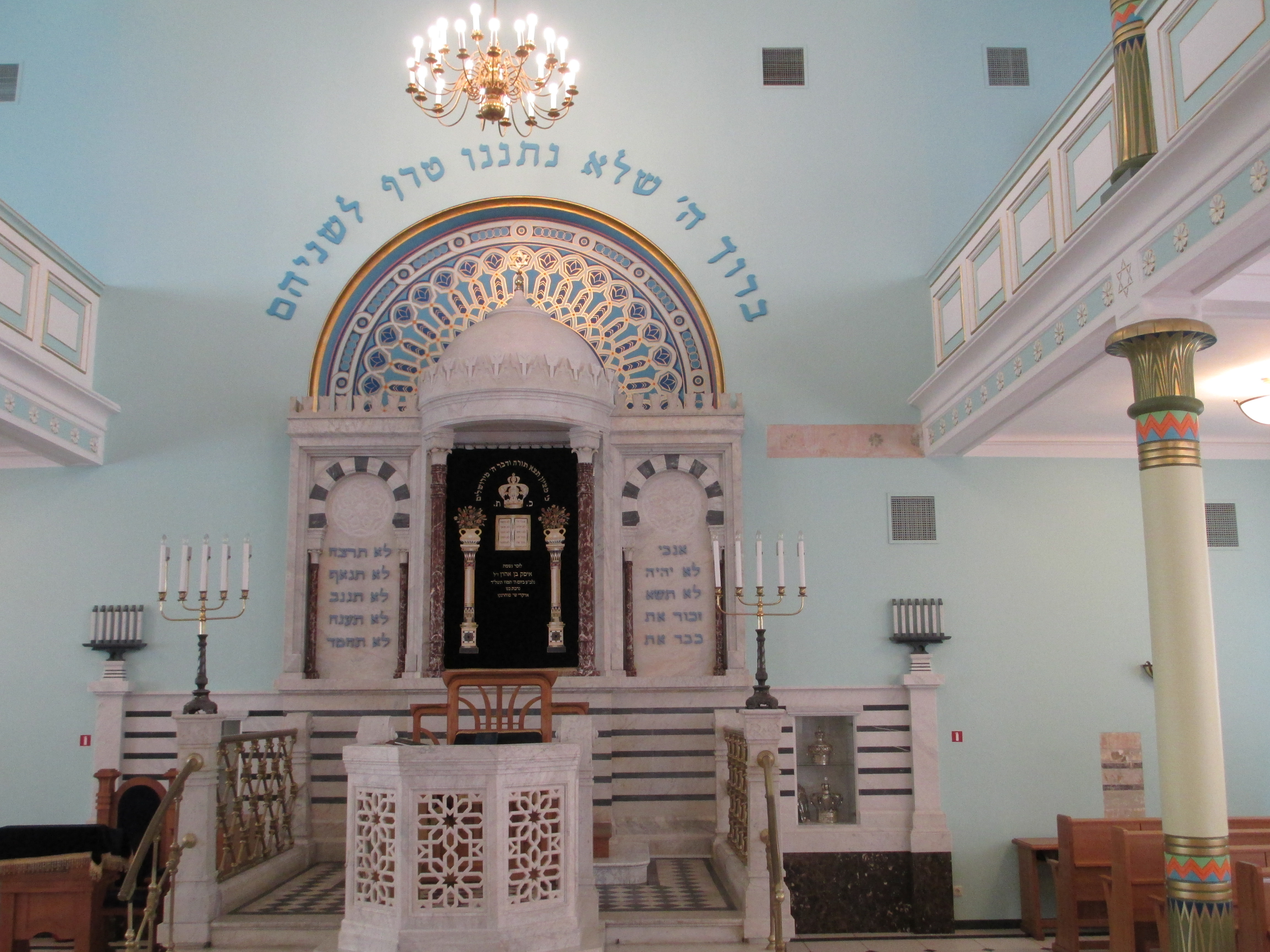 Innenansicht der Synagoge von Riga. (Quelle: Avi1111 dr. avishai teicher via Wikimedia Commons unter CC BY-SA 3.0 Lizenz)