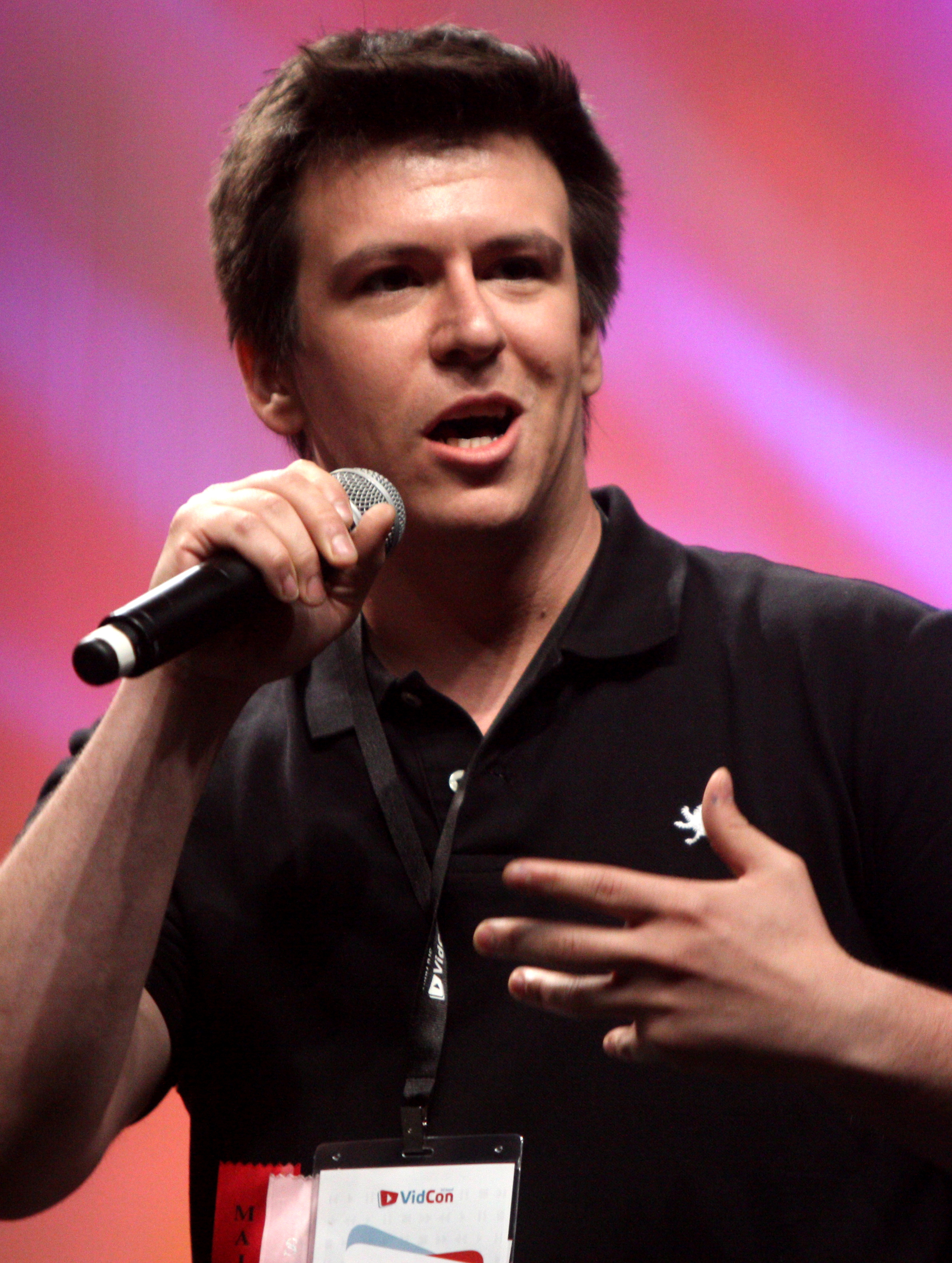 The 31-year old son of father Phillip Franchini, Sr. and mother(?), 180 cm tall Philip DeFranco in 2017 photo