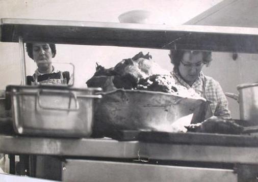 עבודה במטבח הקיבוץ