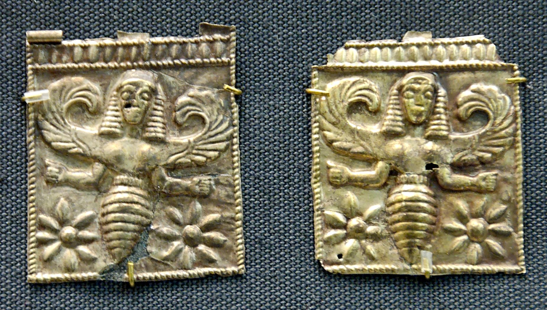 Miele e Api. Placche di elettro raffigurante ape con testa da donna, forse le trie - thriai.