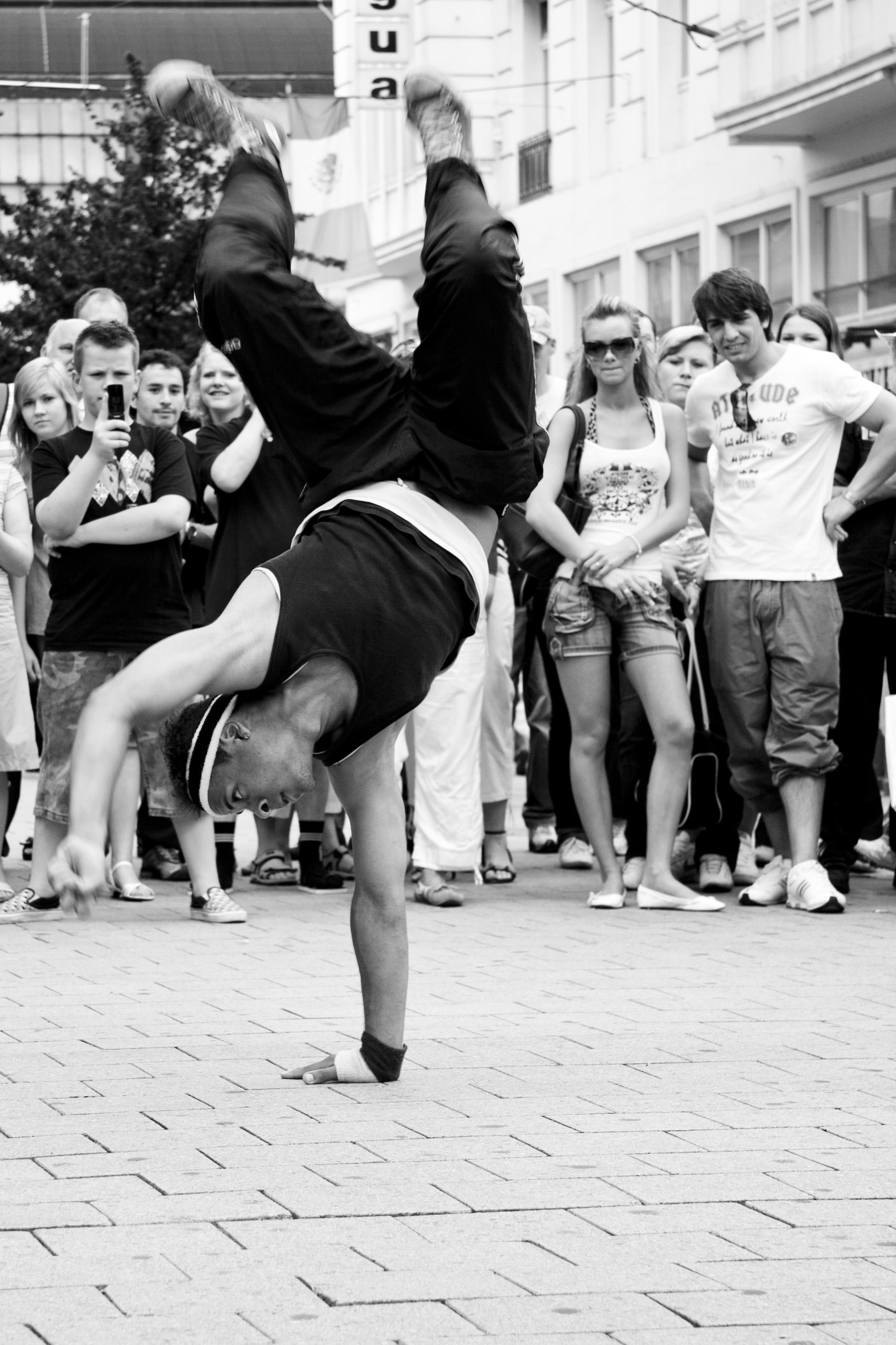 b-boy bailando en la calle
