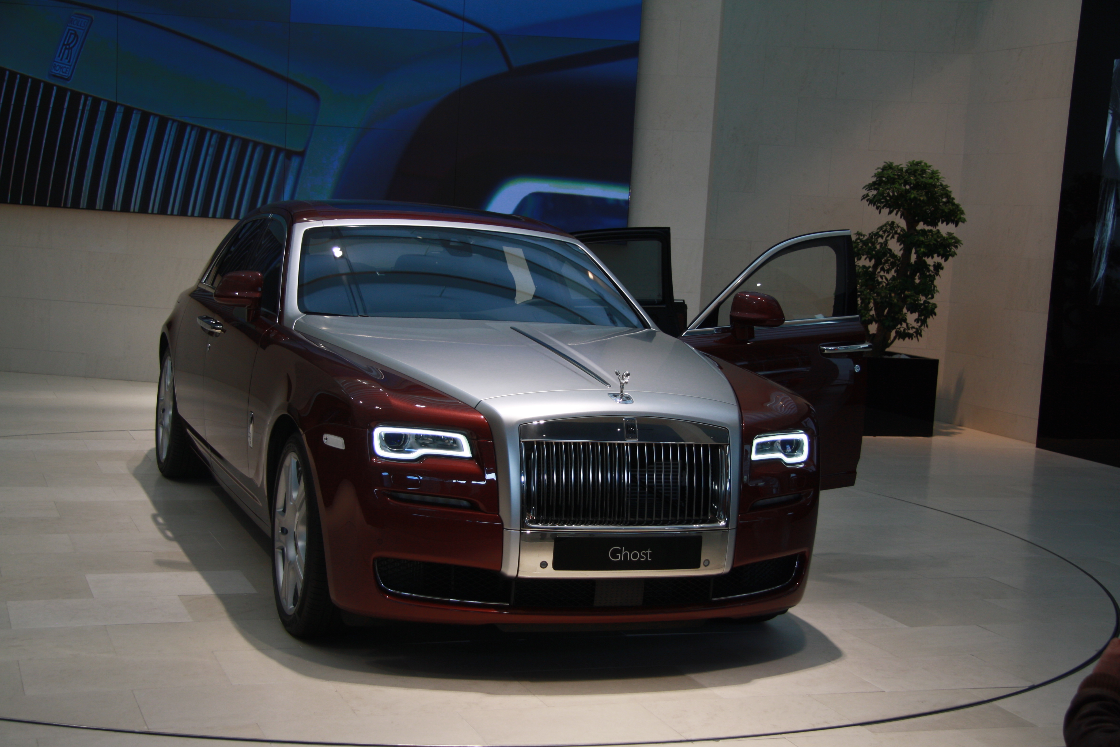 file rolls royce ghost red in bmw museum in munich bayern jpg wikimedia commons. Black Bedroom Furniture Sets. Home Design Ideas