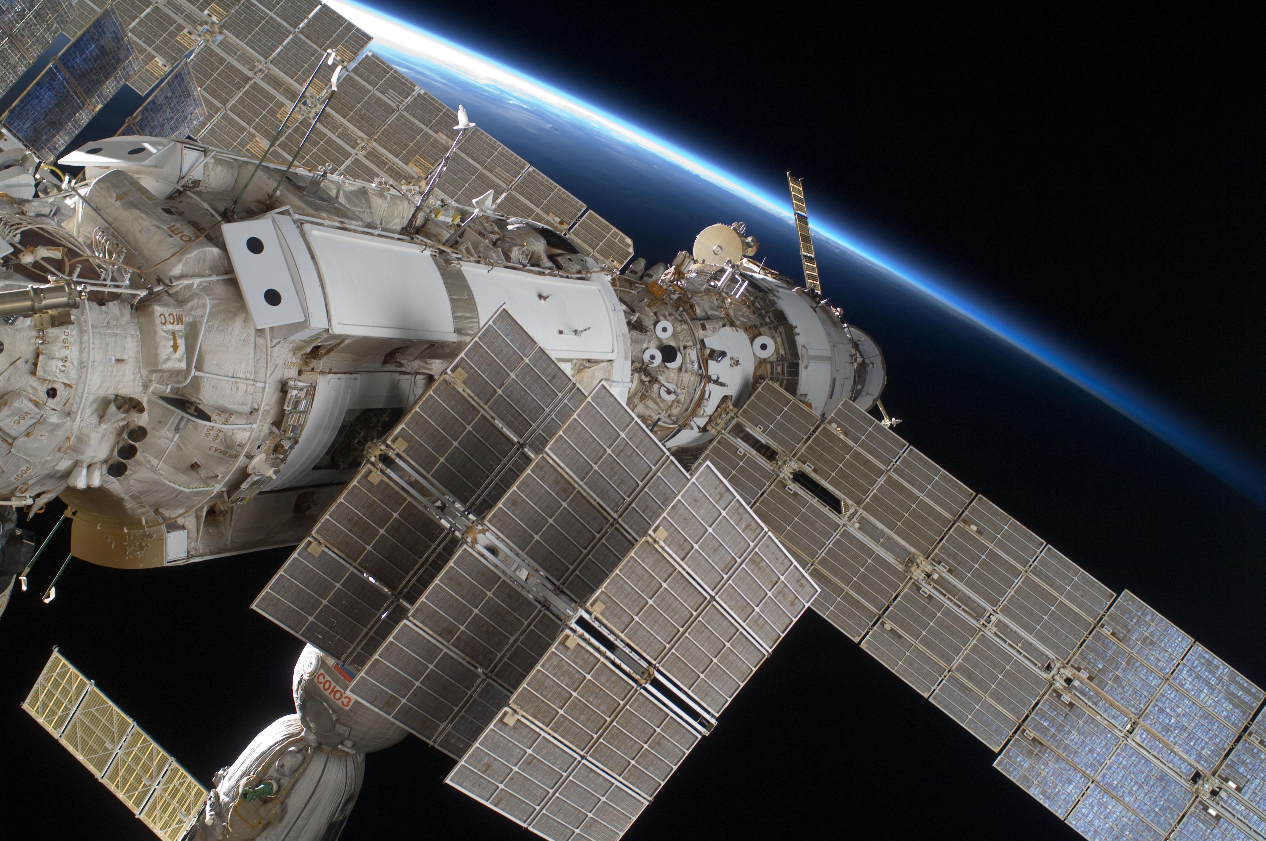 STS-128_EVA2_Russian_Orbital_Segment.jpg
