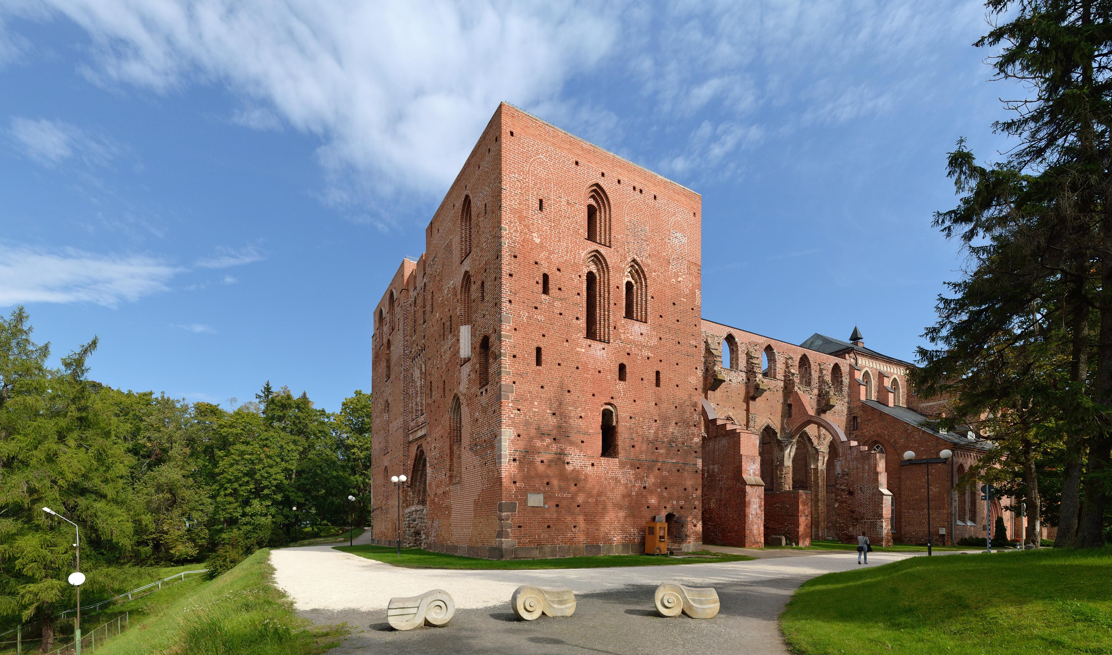 Tartu Toomkiriku varemed 2012.jpg