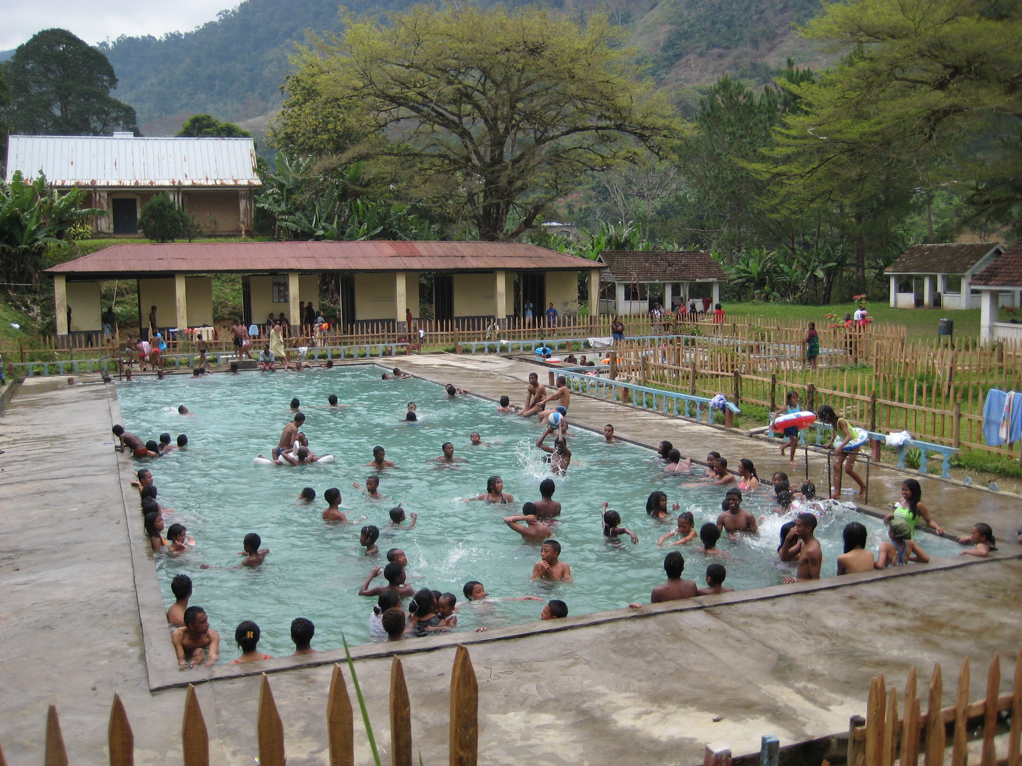 File thermal baths ranomafana 3955534336 jpg for Piscine thermale