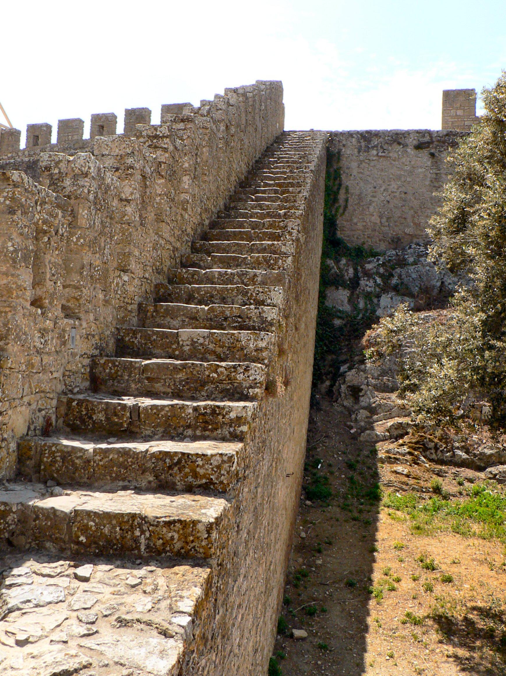 Trecho do adarve da muralha de Óbidos