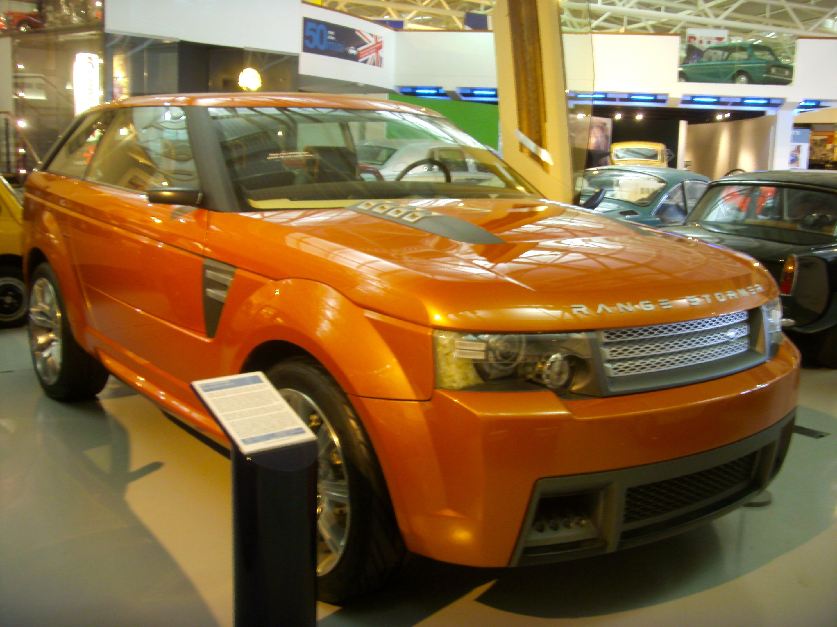 https://upload.wikimedia.org/wikipedia/commons/a/a2/2004_Land_Rover_Range_Stormer_Concept_Heritage_Motor_Centre%2C_Gaydon.jpg
