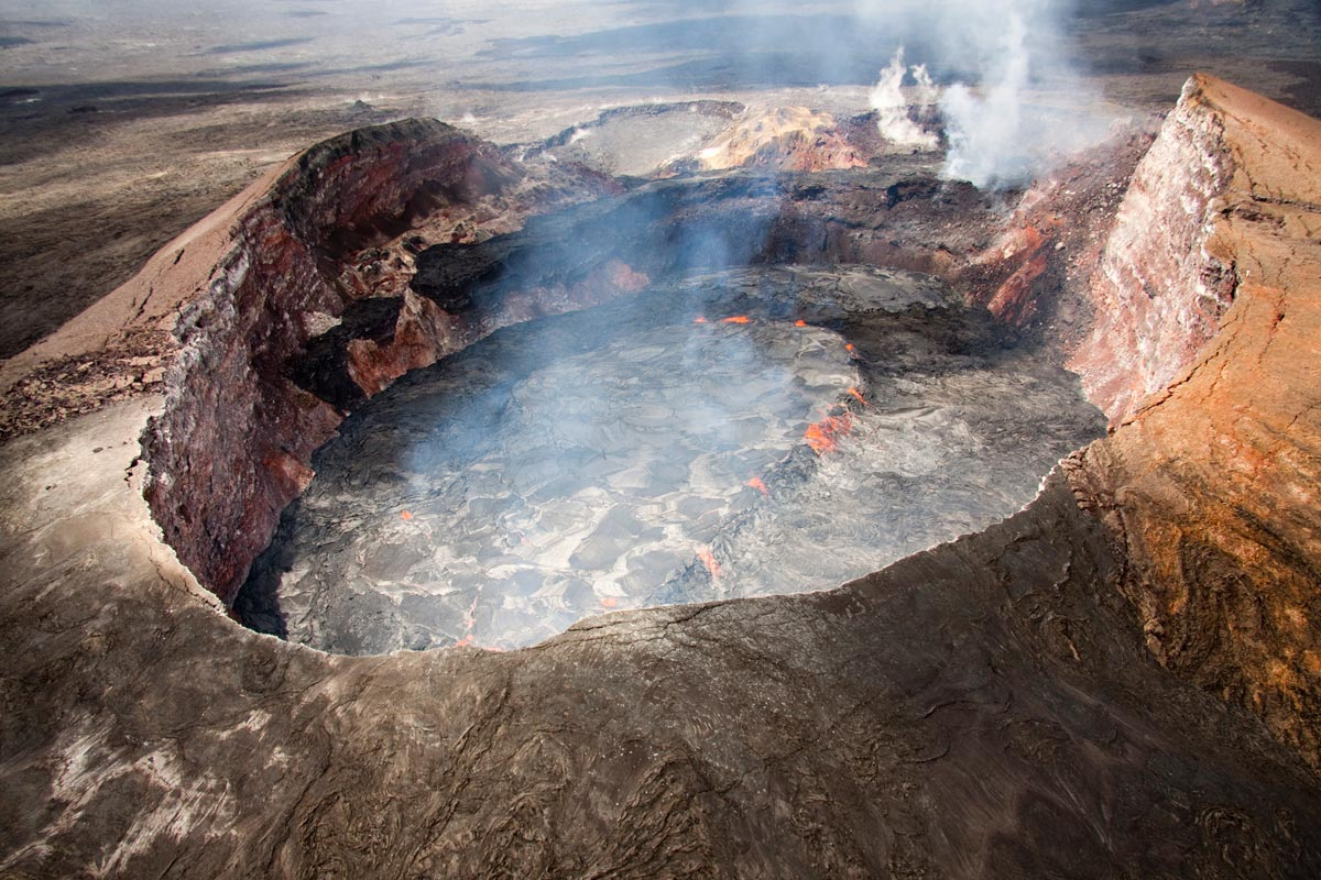 Aerial view of the perched lava lake in Puu OO crater.jpg
